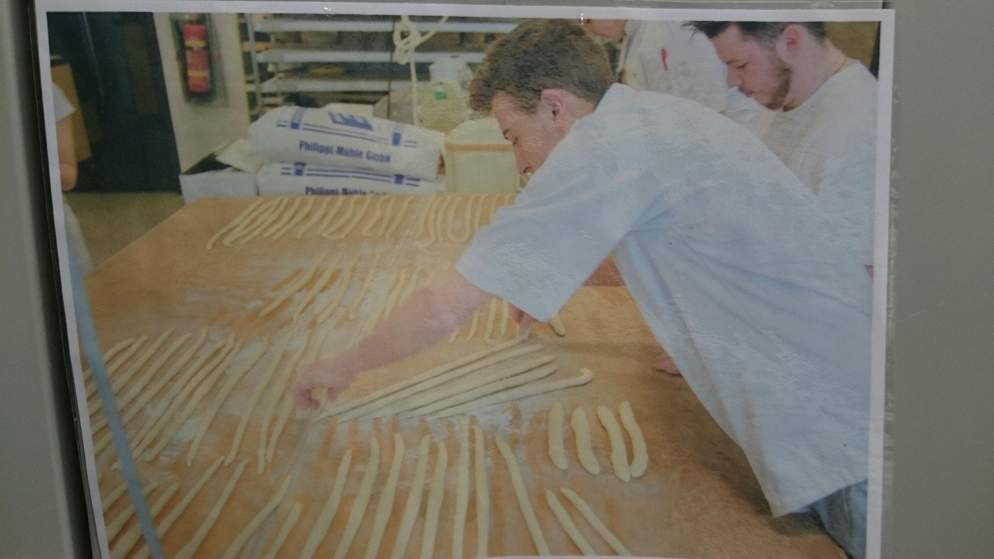 Lehrlinge in der Schulbäckerei