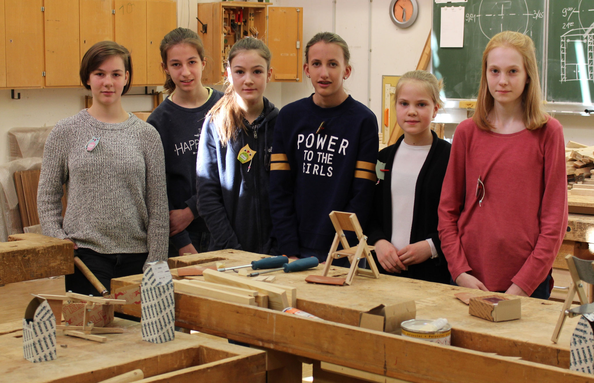 Die jungen Besucherinnen in der Holzwerkstatt