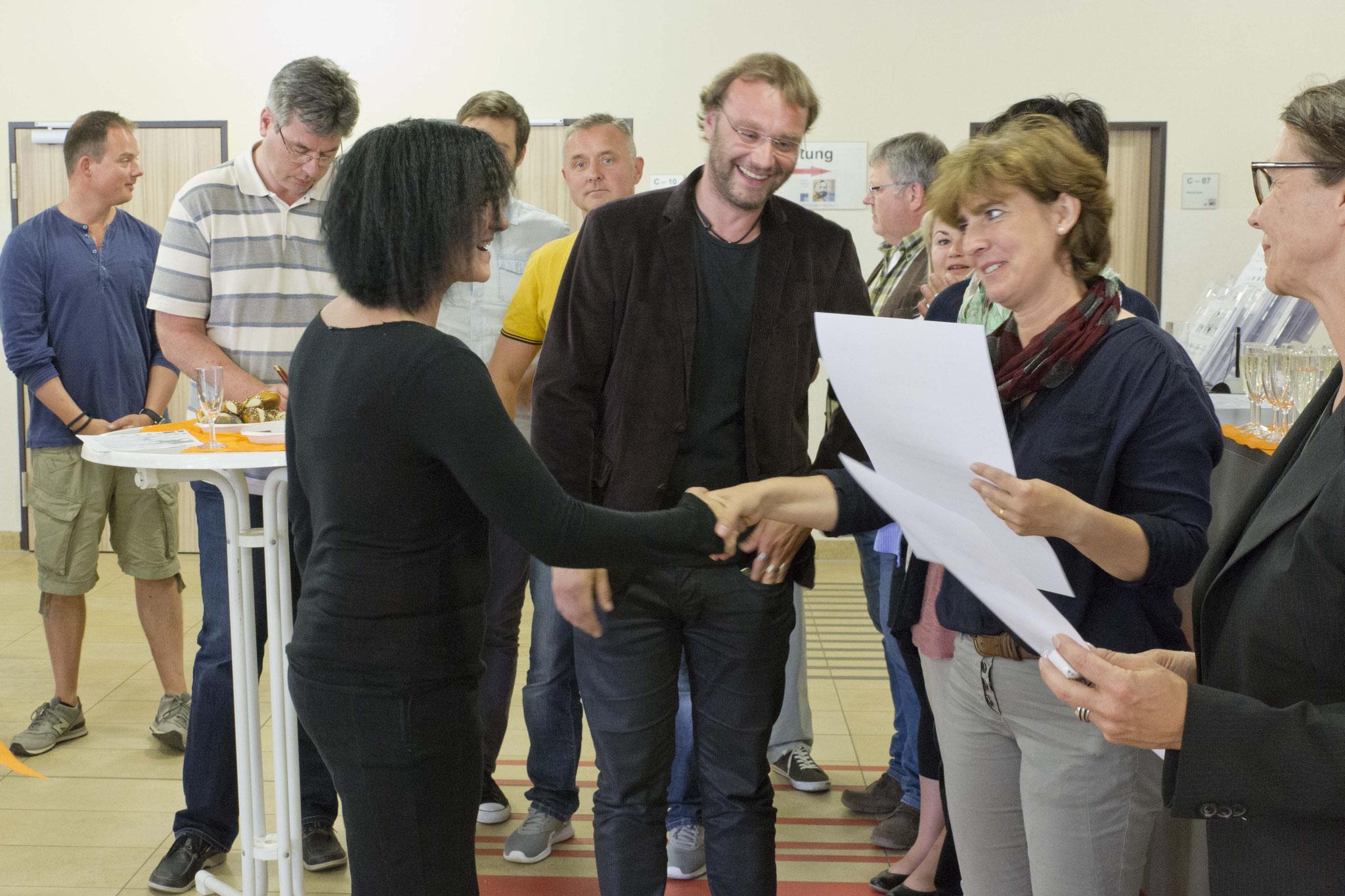 von rechts Sandra Betz, Claudia Rollmann, Nick Szymanski, Absolventin