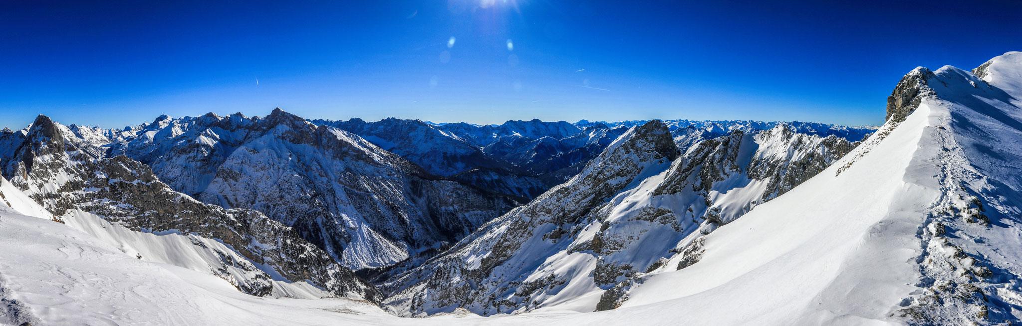 die verschneiten Gipfel der nördlichen Alpen