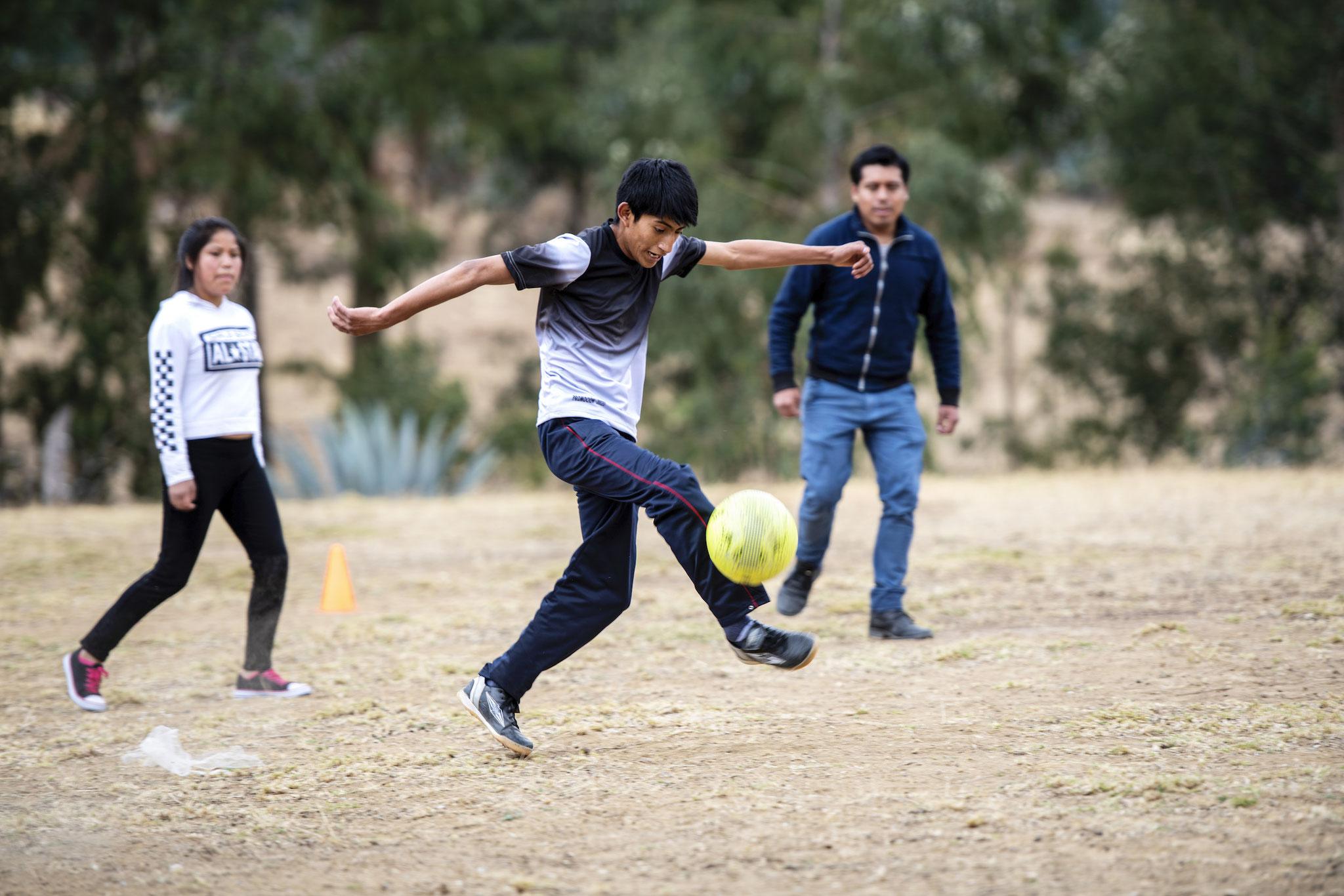 Rolando (17) blüht beim Fußballspiel mit den Freunden auf. Foto: Florian Kopp / Kindermissionswerk
