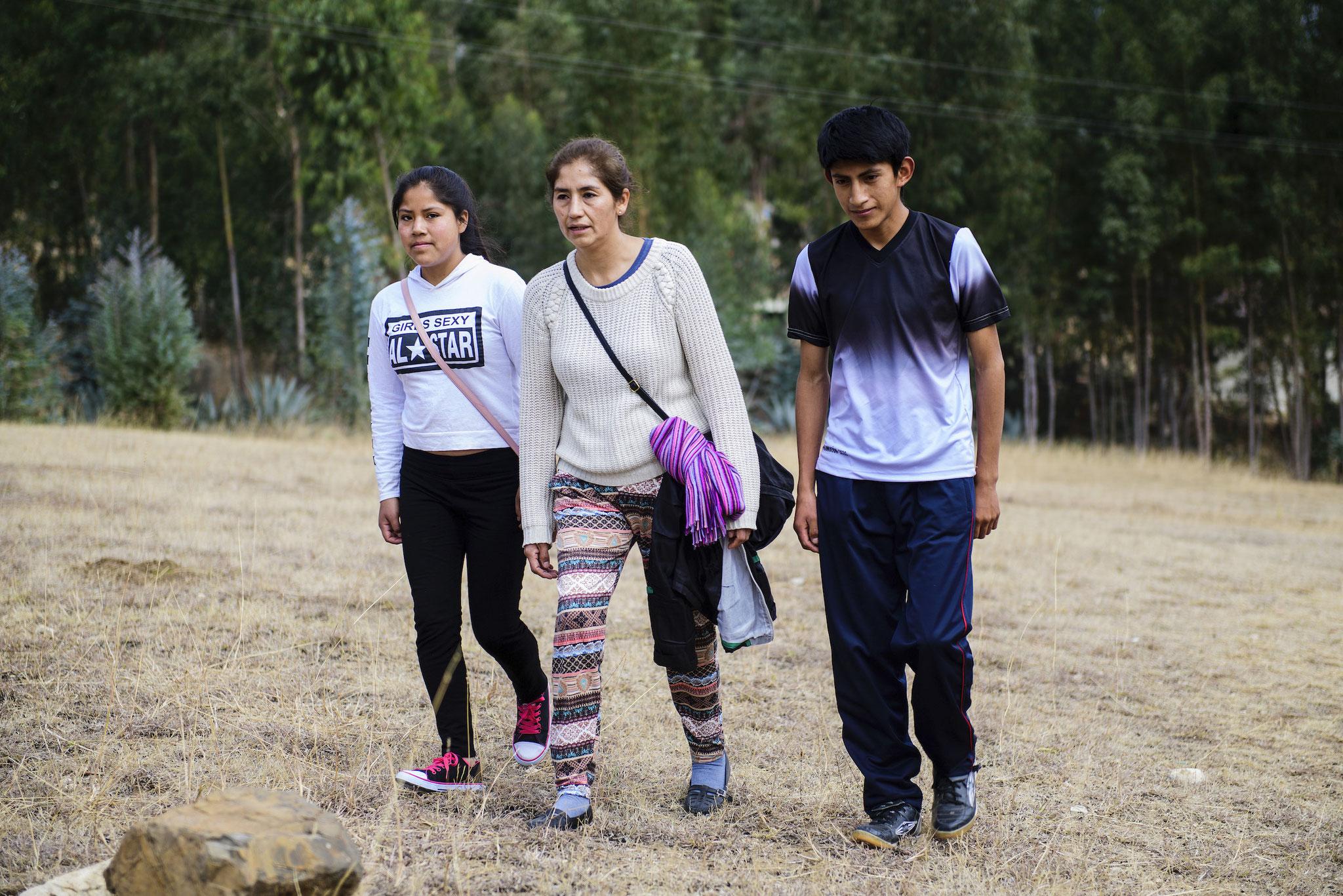 Projektleiterin Dianira Trigoso Vizconde (Mitte) mit Rosa (14) und Rolando (17) auf dem Weg zum Treffen der Jugendgruppe. Foto: Florian Kopp / Kindermissionswerk