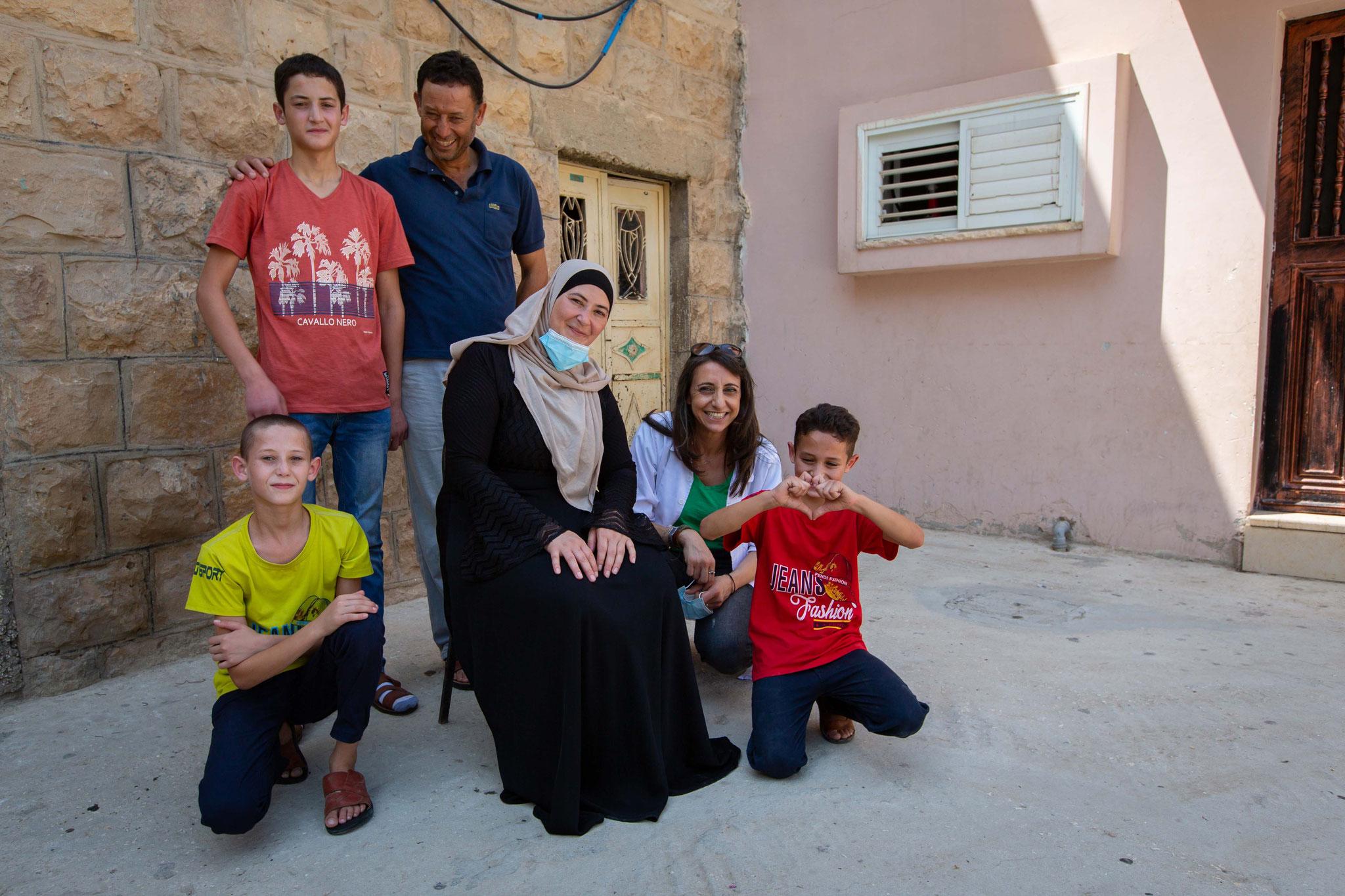 Familie Dar Mohammed mit Rabab Kawwas. Die Sozialarbeiterin des Caritas Baby Hospital besucht die Familie regelmäßig auch zu Hause. Foto: Andrea Krogmann