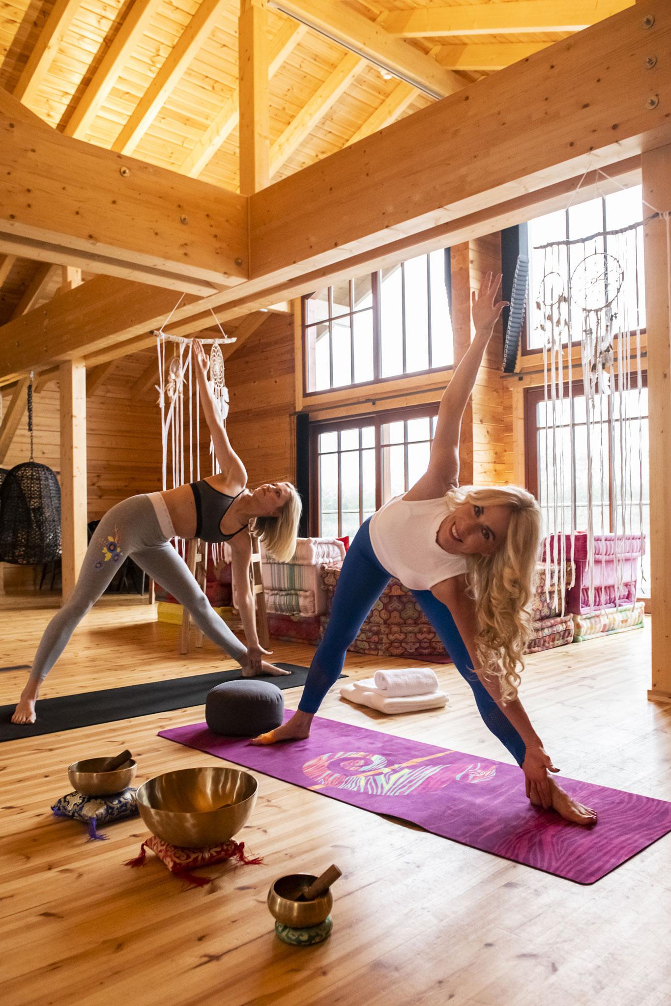 Yoga-Coach Jane Uhlig mit Topmodel Katerina Gottesleben im Seehotel Niedernberg Foto: Petra Bruder