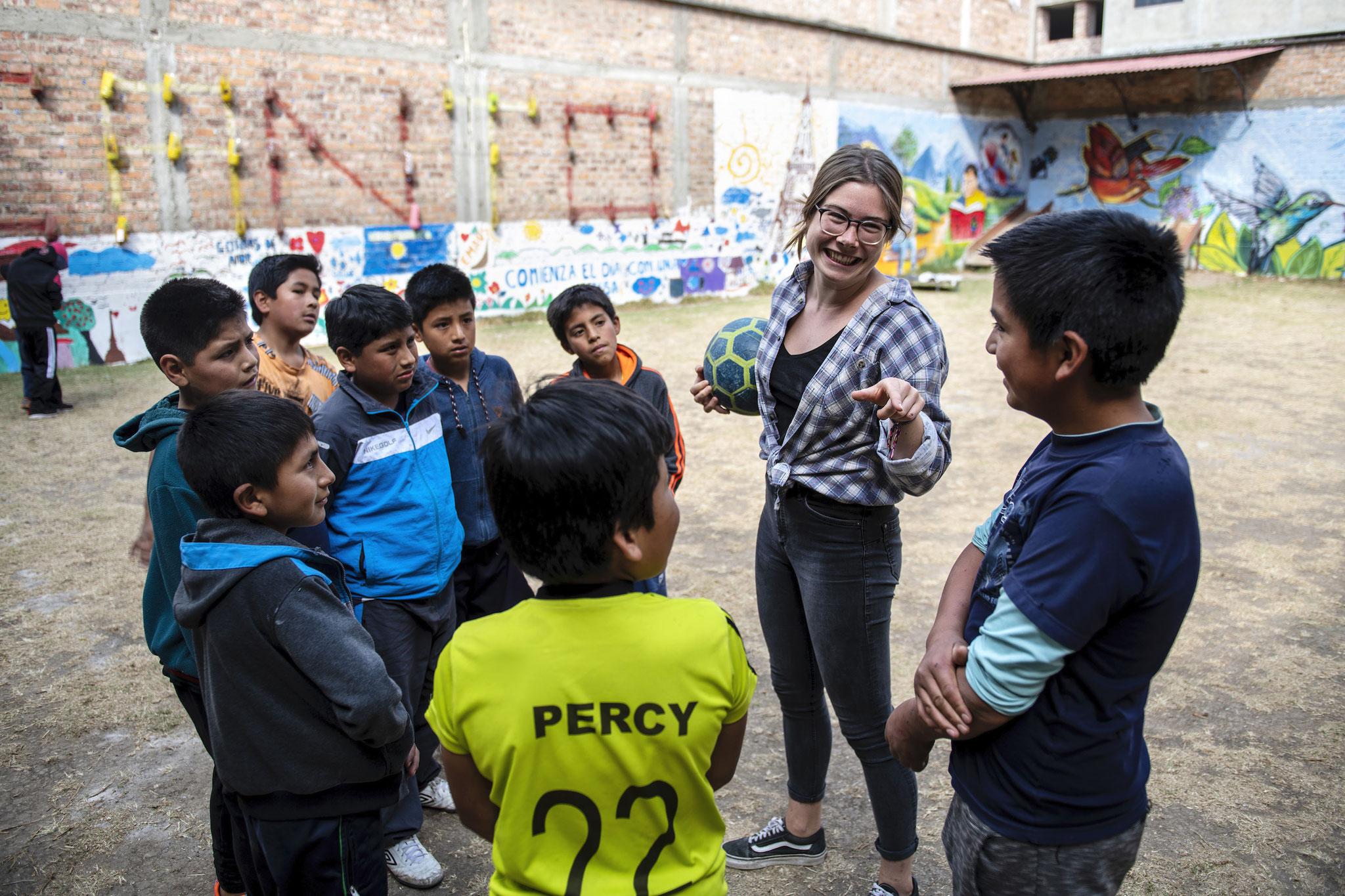 MICANTO-Freiwillige Sophie Bone beim Sportunterricht mit den Jugendlichen. Foto: Florian Kopp / Kindermissionswerk