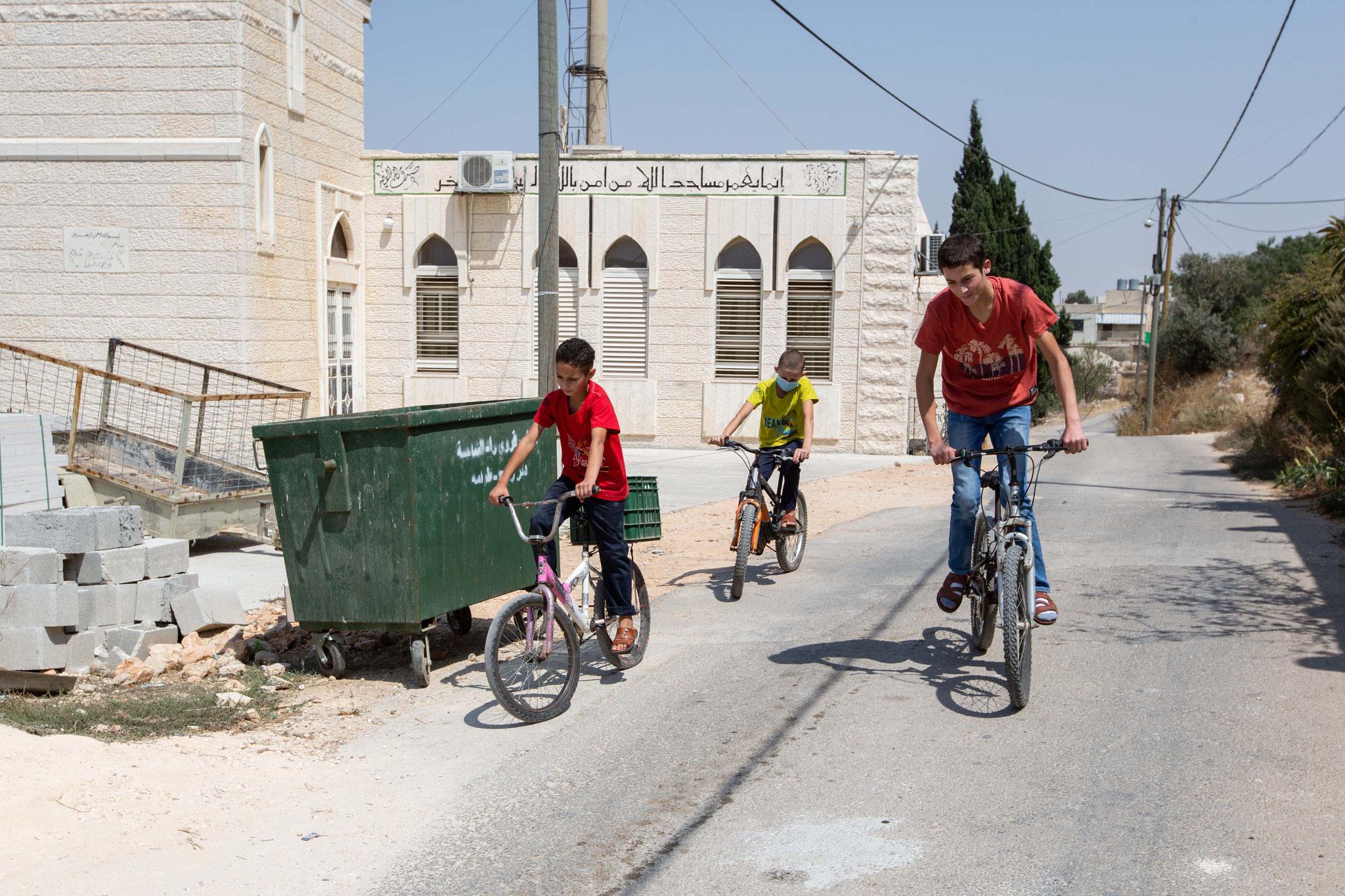 Am liebsten sind die Brüder mit ihren Fahrrädern unterwegs. Foto: Andrea Krogmann