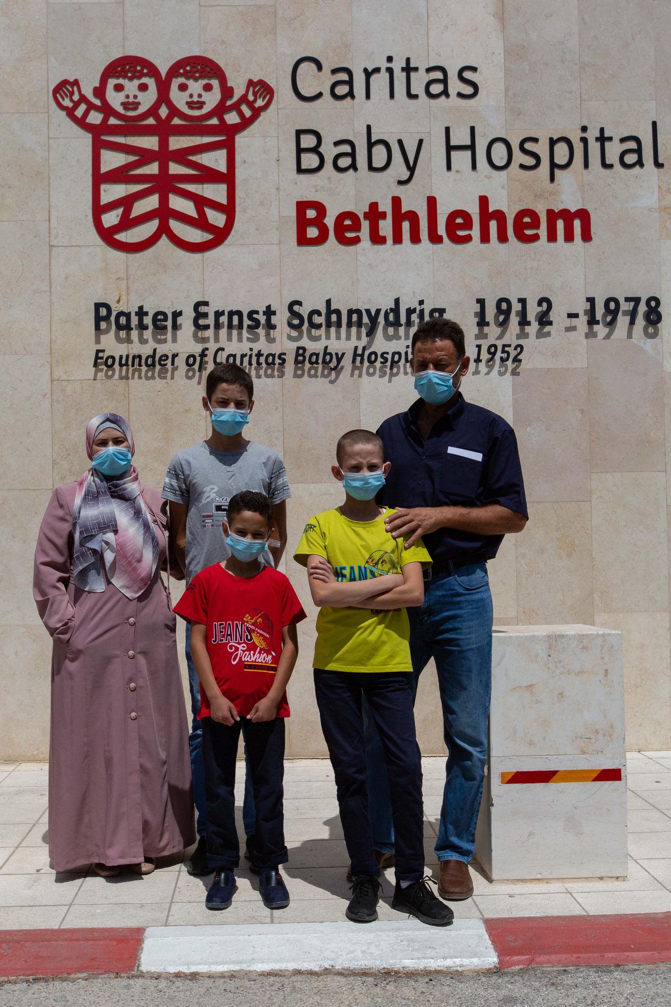 Familie Dar Mohamed vor dem Caritas Baby Hospital. Foto: Andrea Krogmann