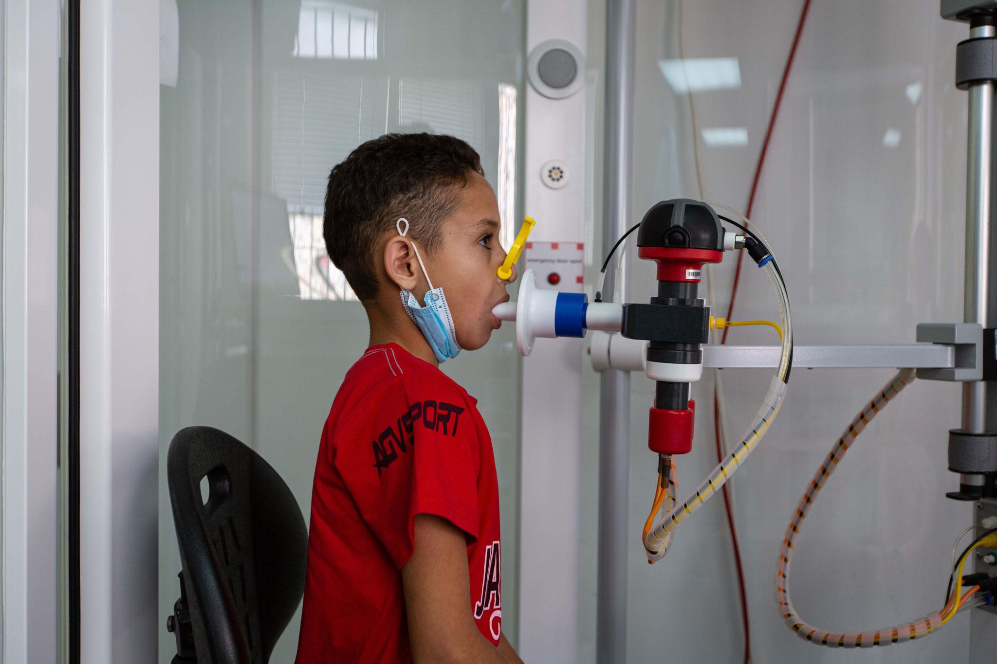 Qais (9) muss sich beim Lungenfunktionstest gut konzentrieren. Foto: Andrea Krogmann