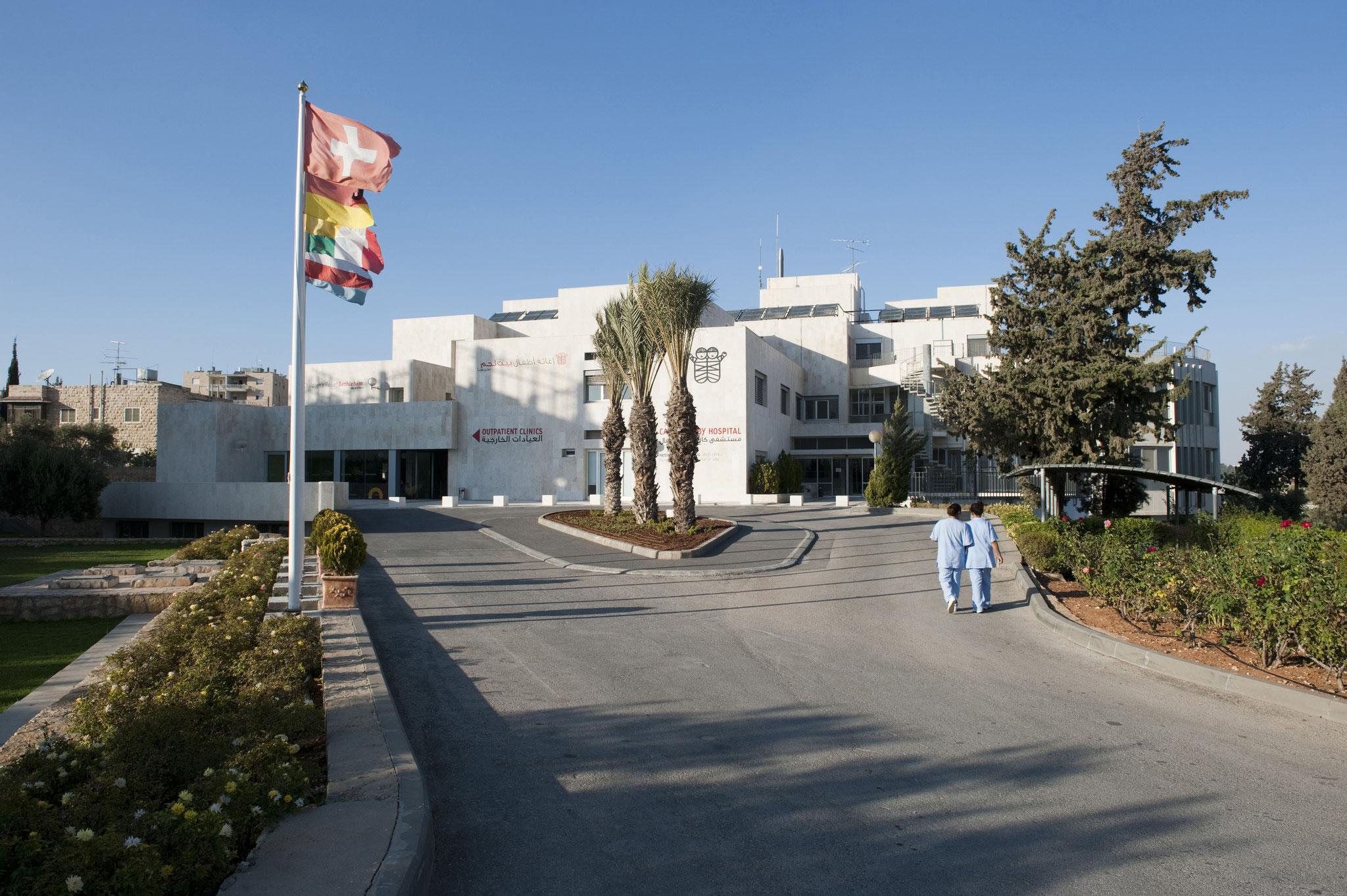 Seit über 65 Jahren hält das Caritas Baby Hospital seine Türen für alle kranken Kinder in Bethlehem offen. Foto: Meinrad Schade/KHB,