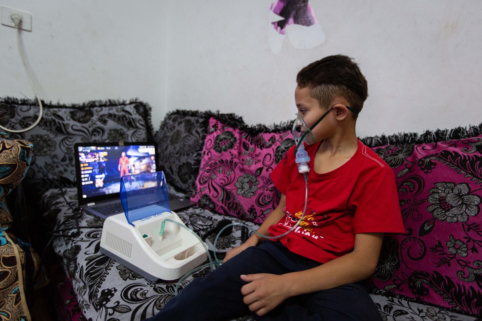 Von einem Computerspiel begleitet, lässt sich das tägliche Inhalieren leichter aushalten. Foto: Andrea Krogmann