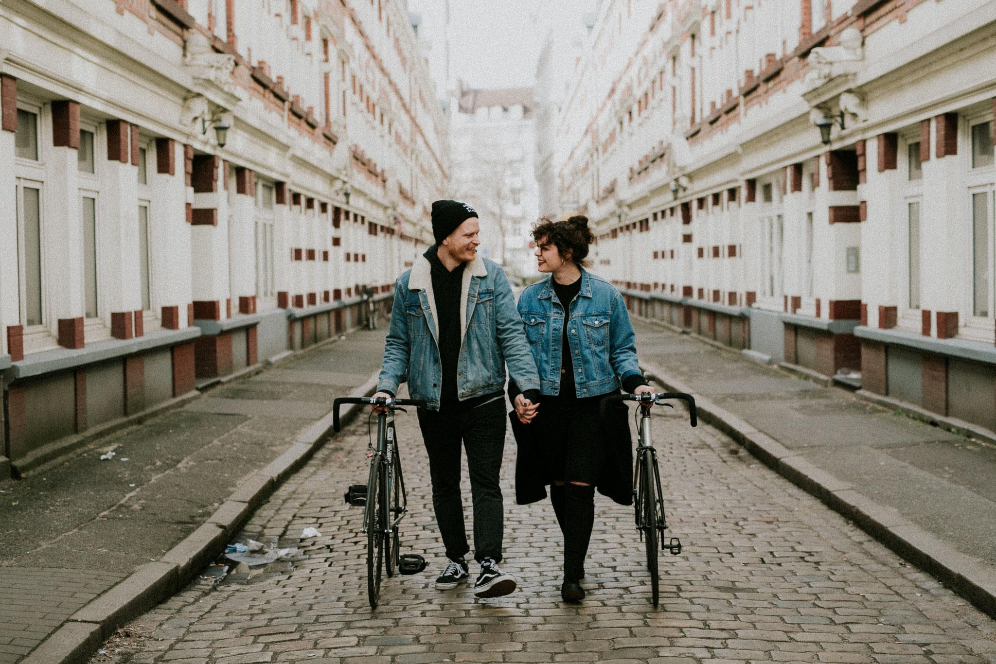 Urbanes Paar Fotoshooting in der Schanze in Hamburg von Alina Atzler
