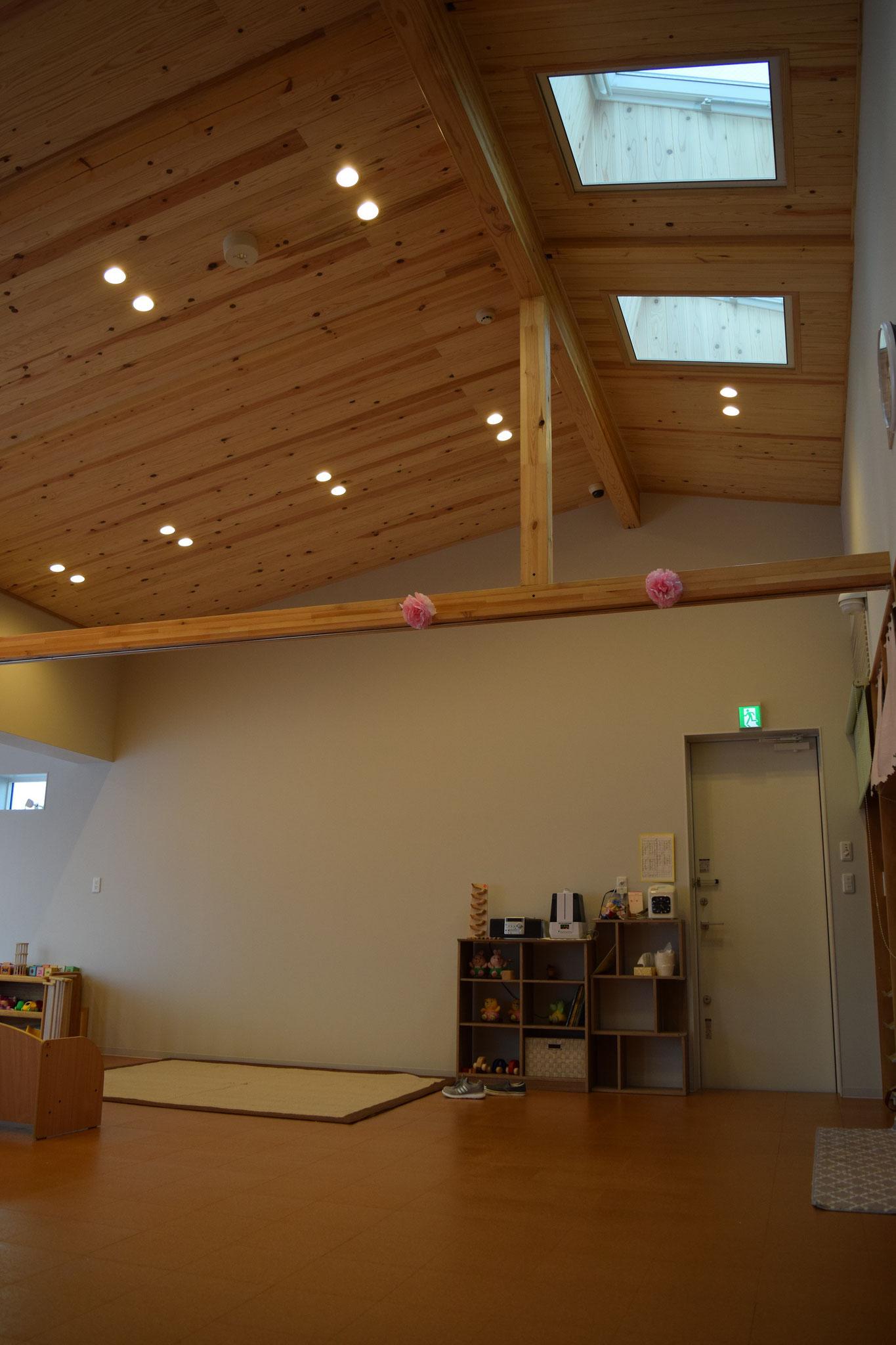 高い天井、広々とした保育室