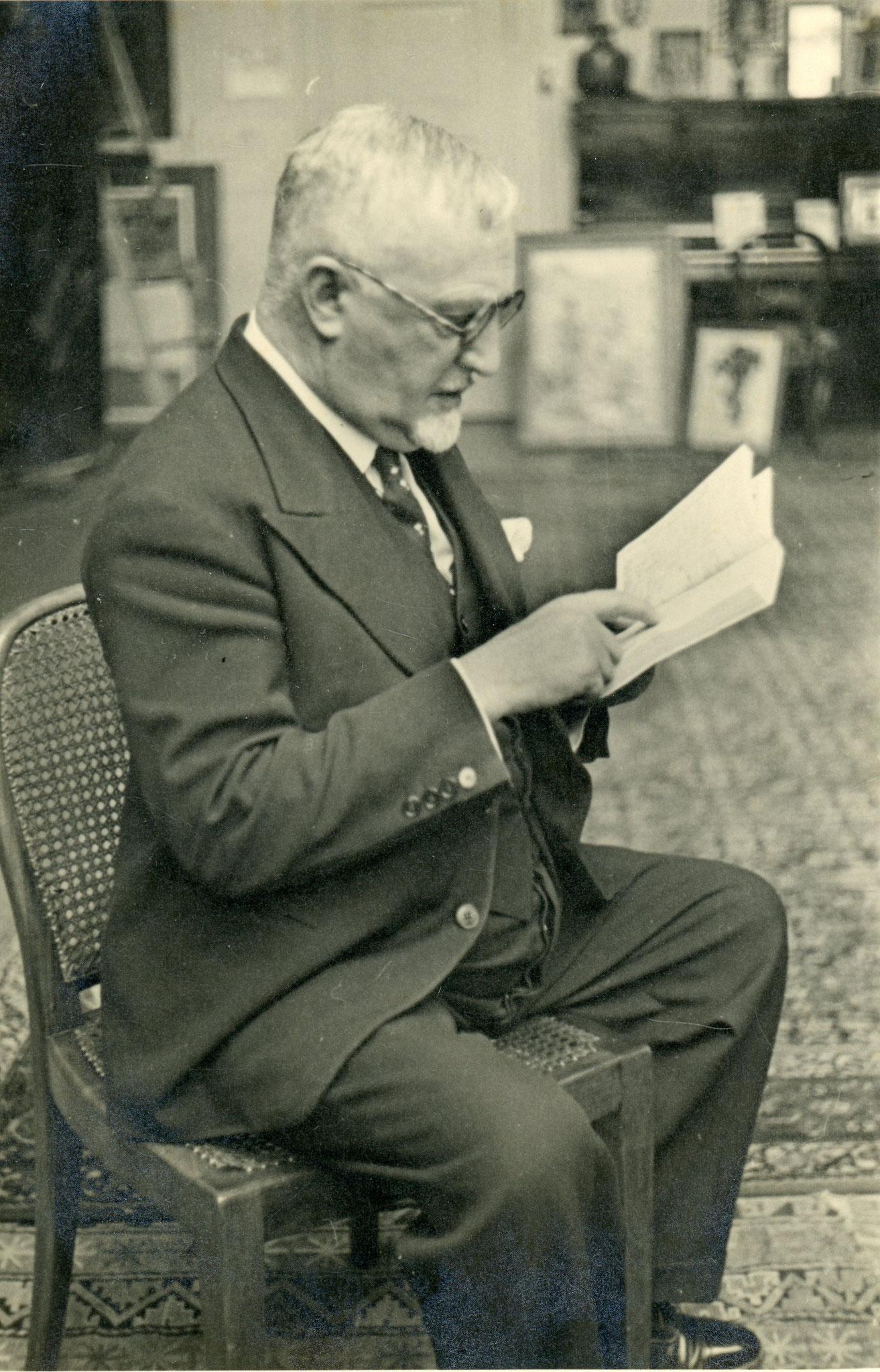 Cuno Amiet beim lesen in seinem Atelier (um 1935)