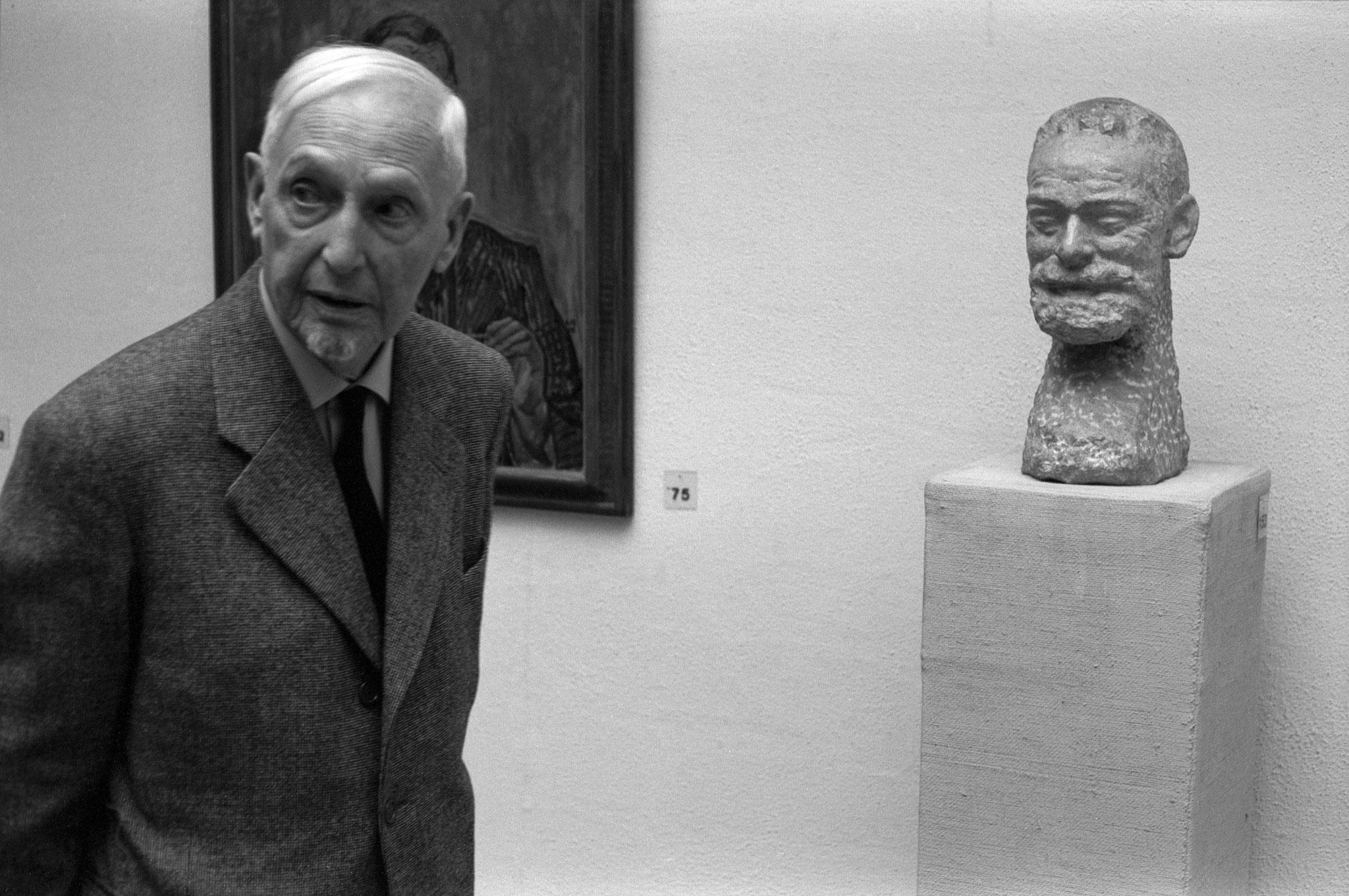 Cuno Amiet mit Büste Ferdinand Hodler