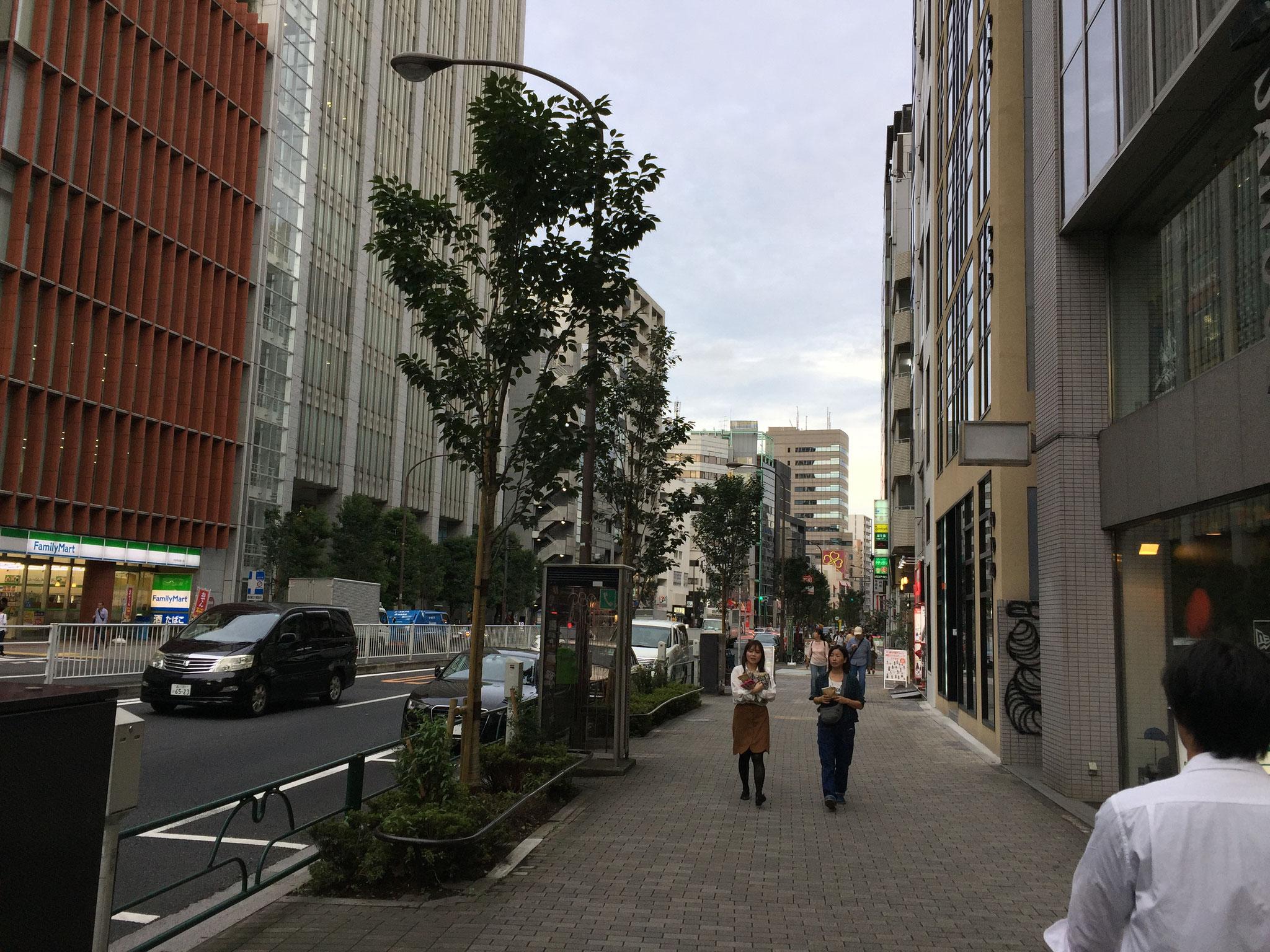明治通りへ出たら右折し、恵比寿方面に歩きます