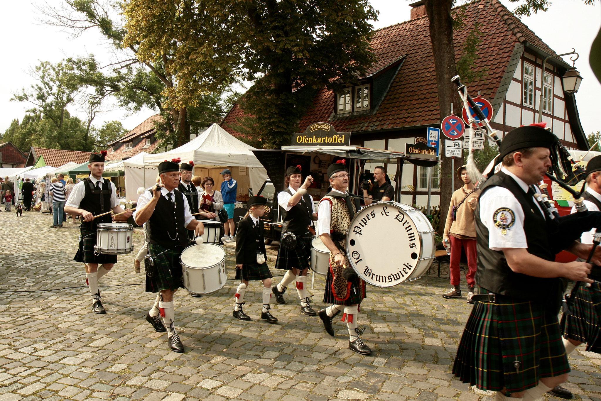 und Drums Brunswiek den Dorfmarkt zu eröffnen.