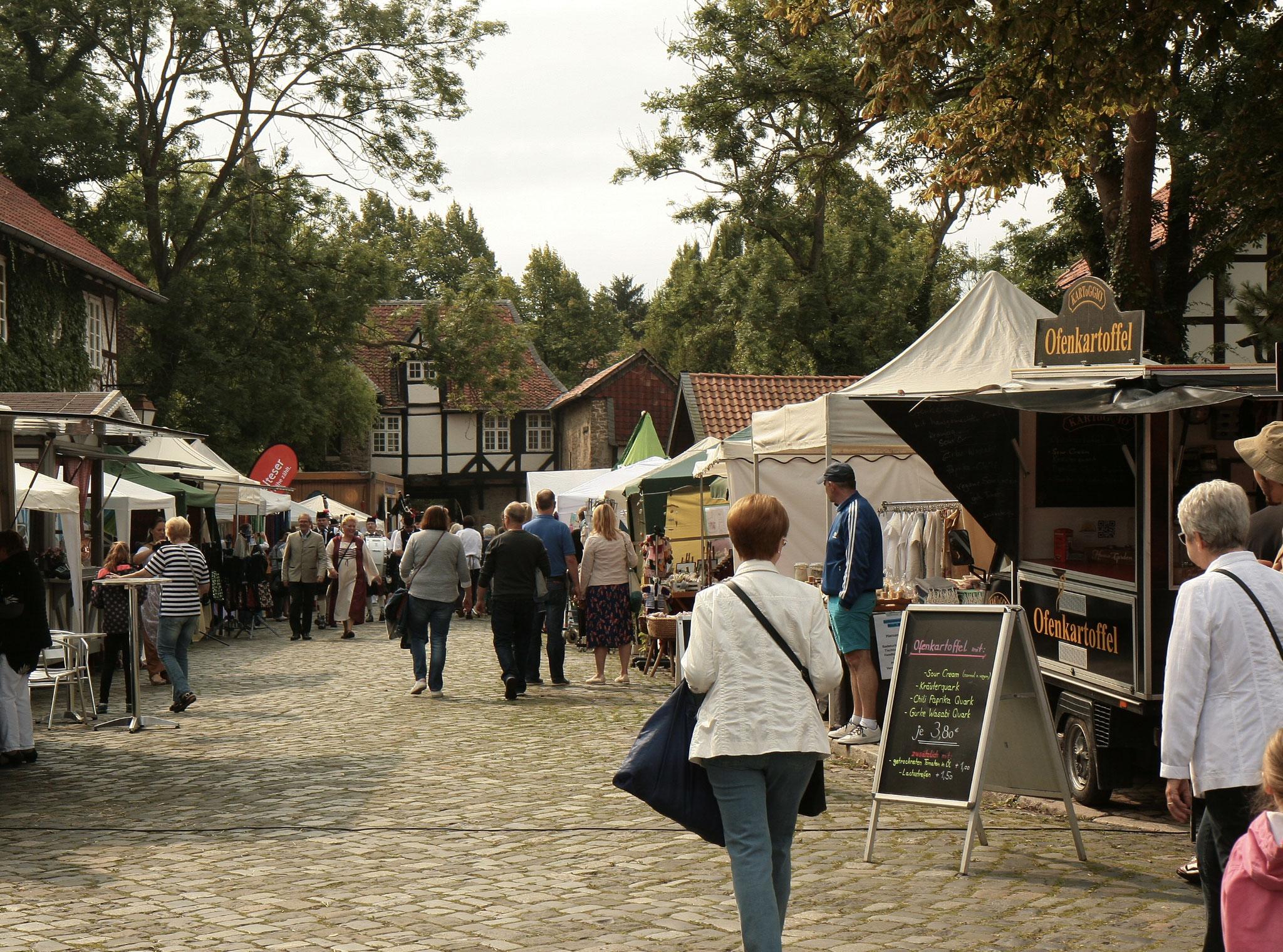 der Klostergang wird zum bunten Dorfmarkt