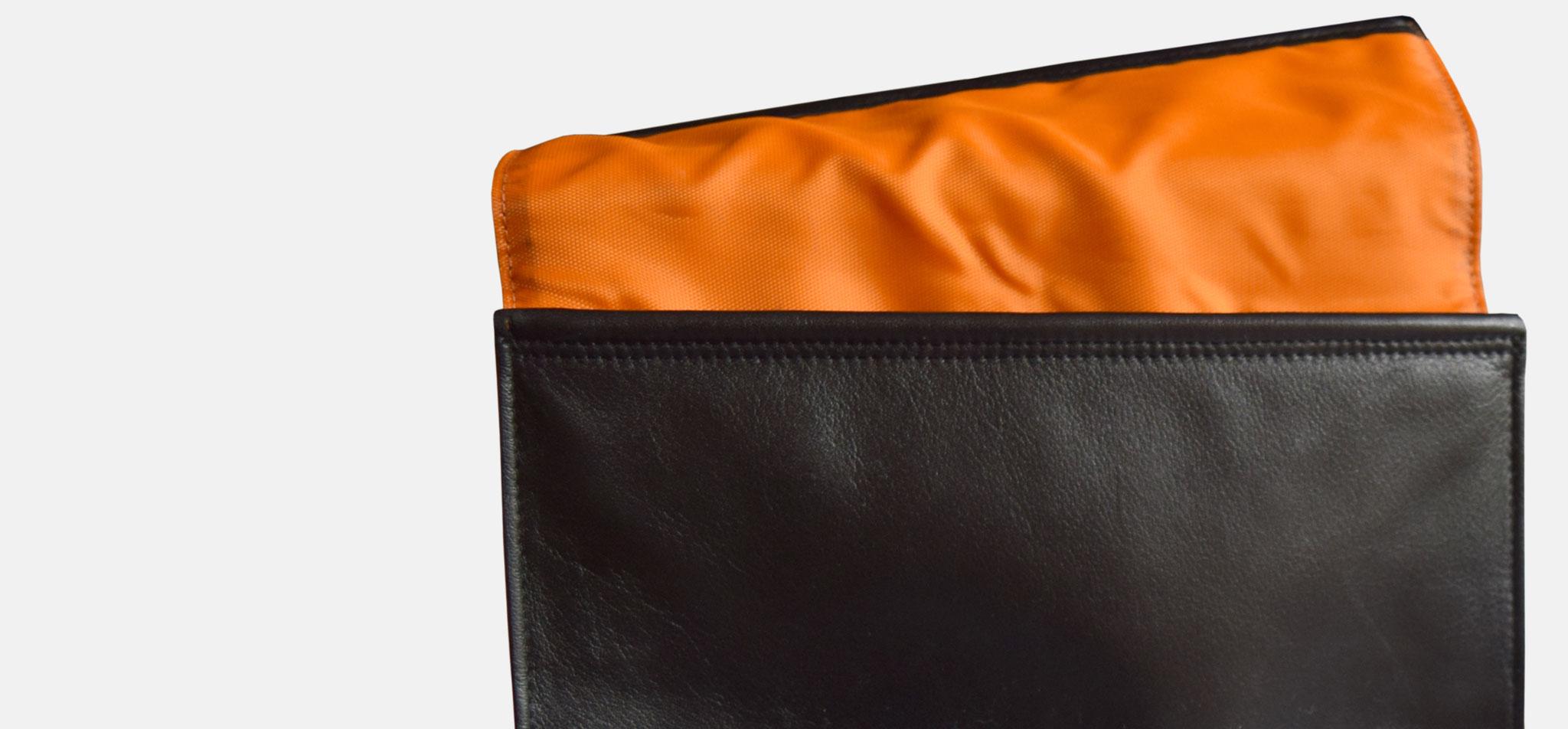 BREE | clutch poco, leder und nylon, verschluss via gummiband – infragrau, gute gestaltung
