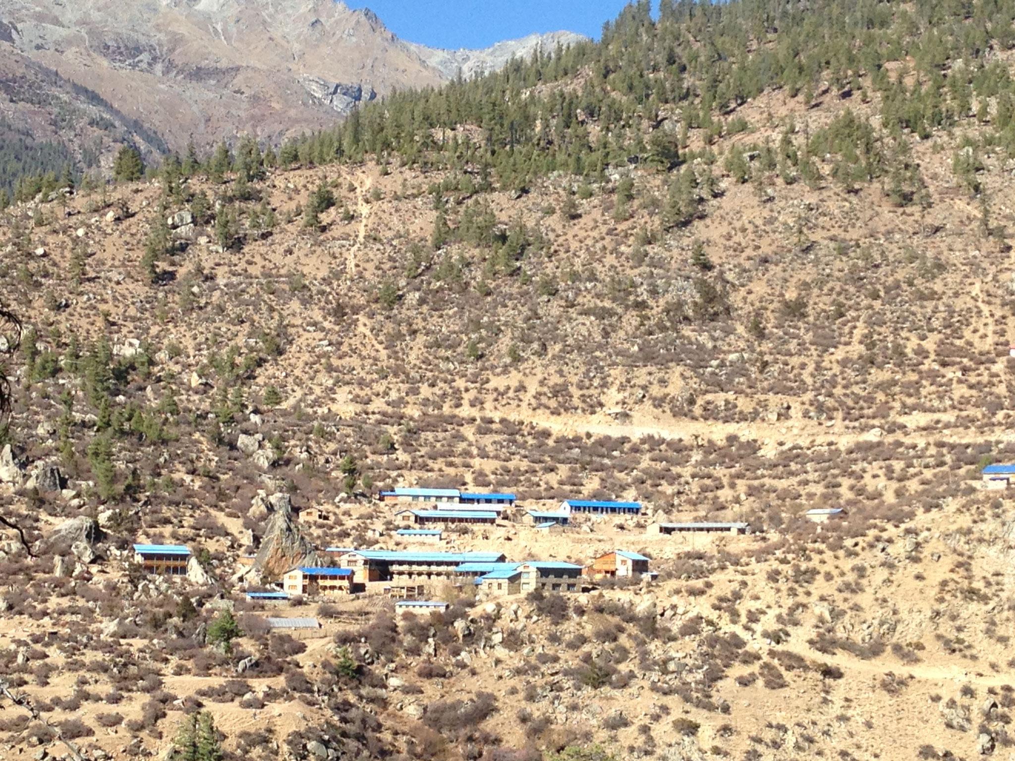 Der Gebäudekomplex aus der Ferne...Die oberen Gebäude gehören zur Schule, bei den Unteren handelt es sich um die Hostels