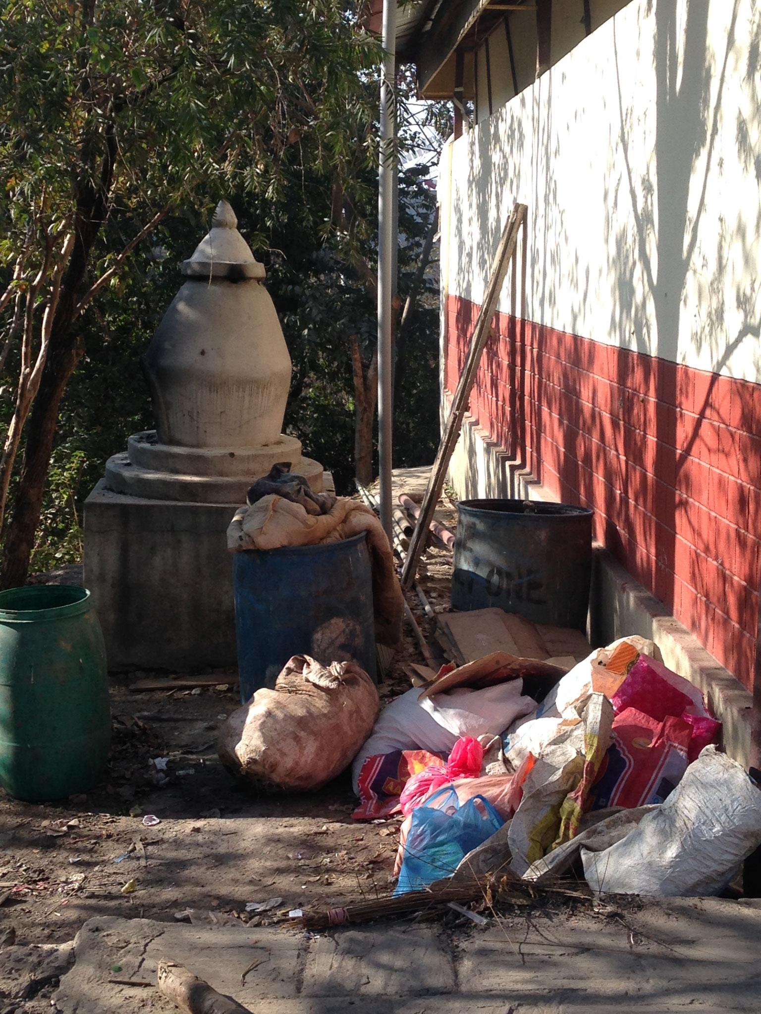 Der Müllsammelplatz vor dem Projekt...