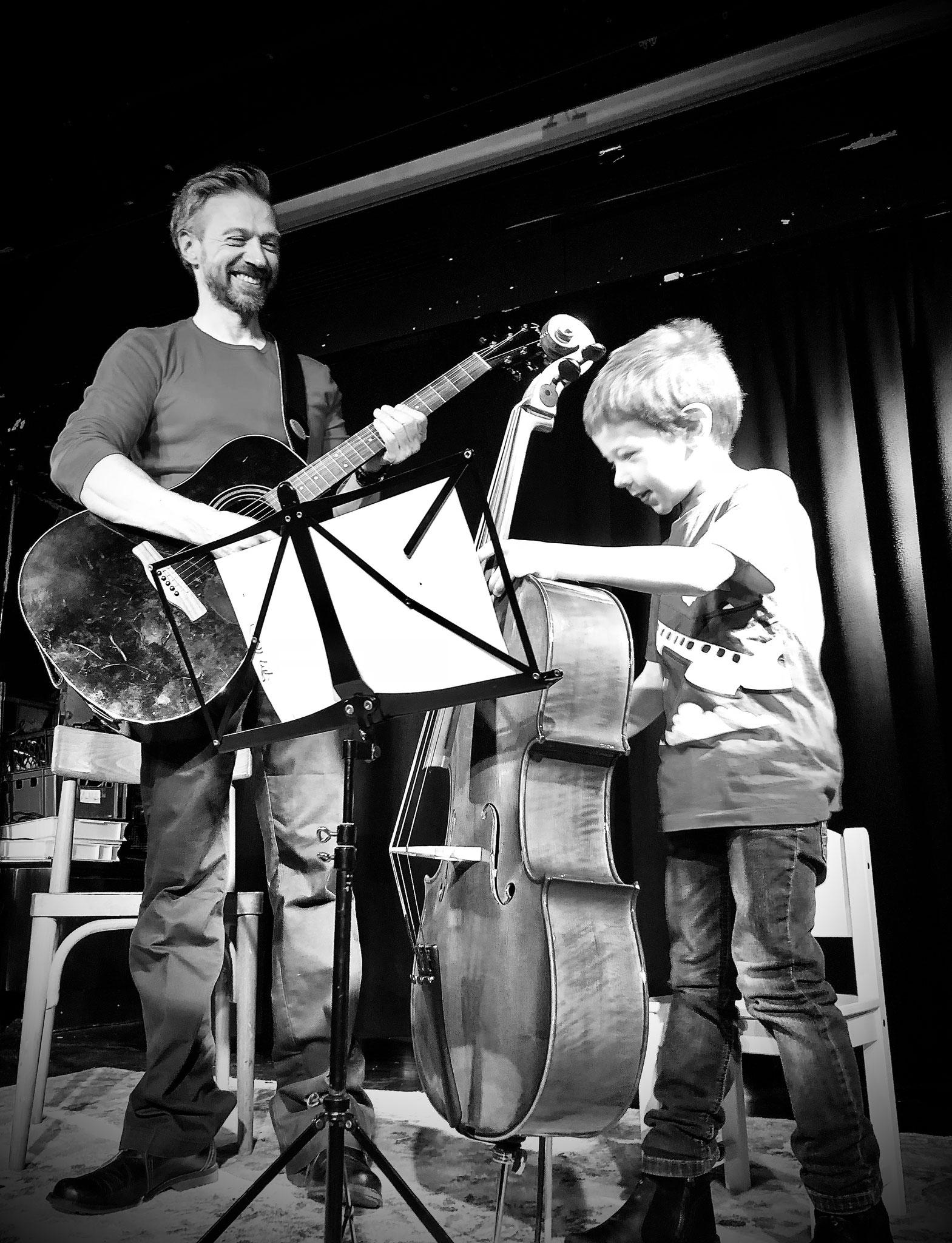 Père et fils apprennent la musique ensemble