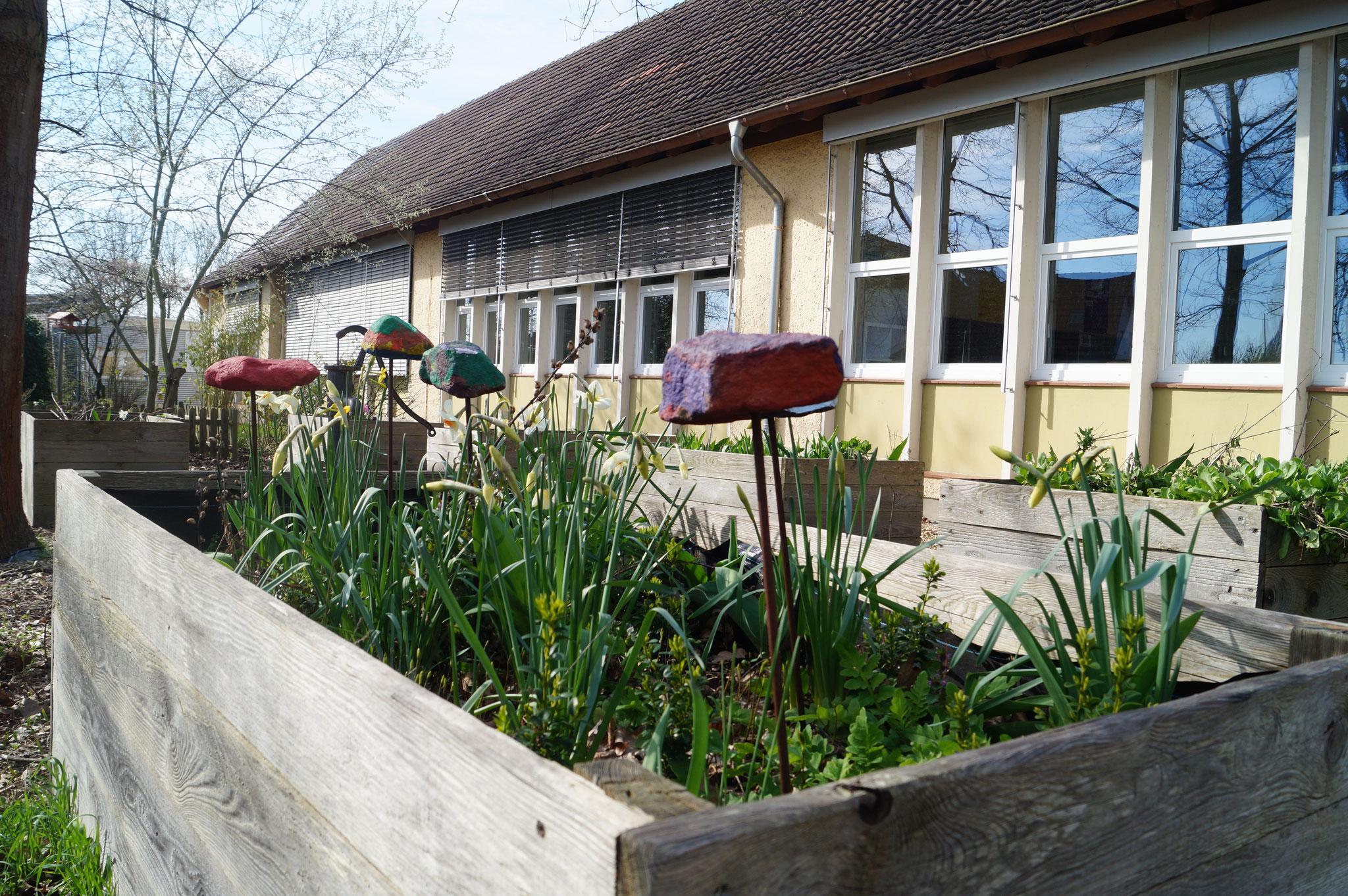 Unser Schulgarten - jeder Klasse ist ein Hochbeet zugeteilt