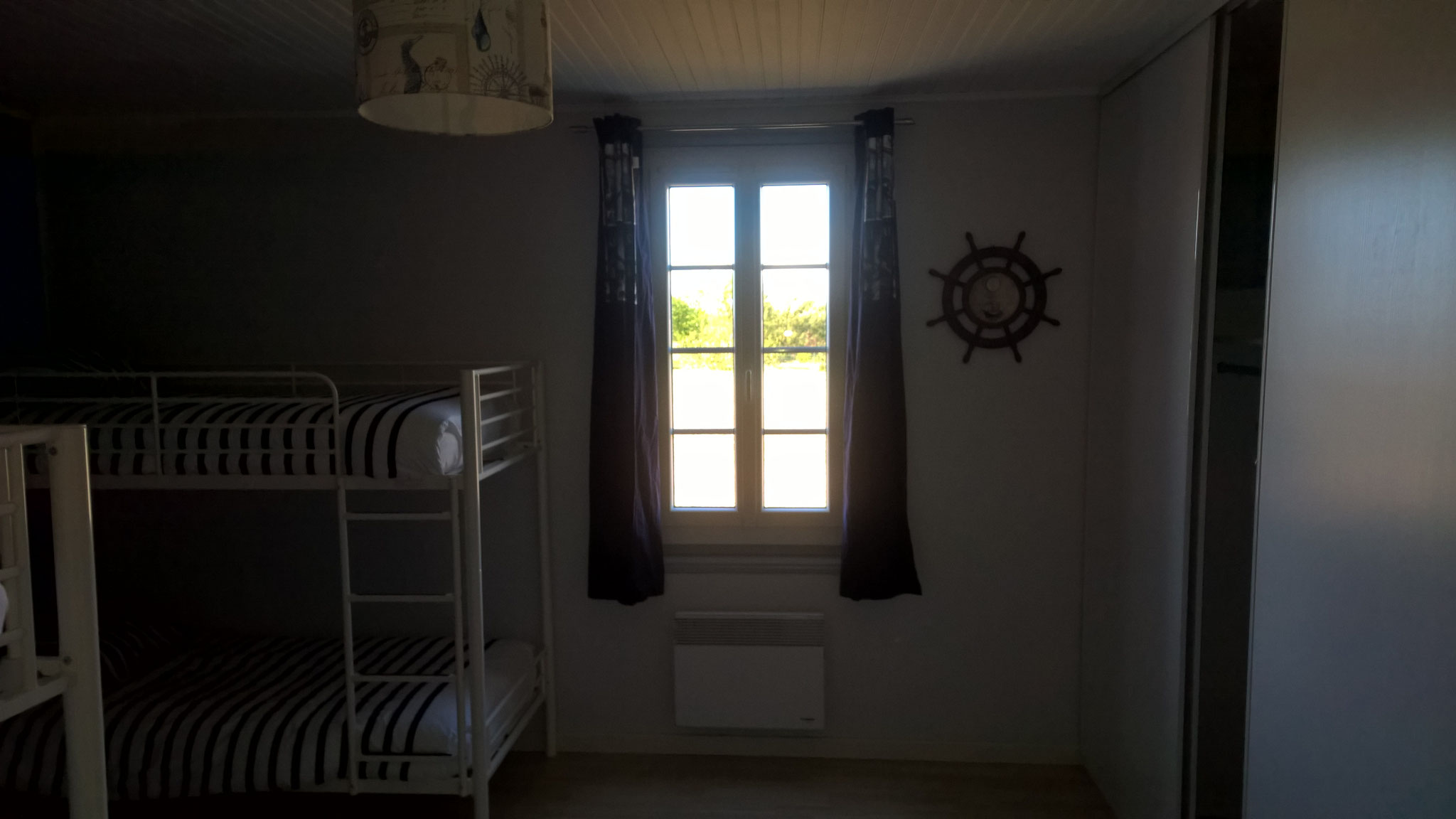 La résinière - Chambre bleue fenêtre