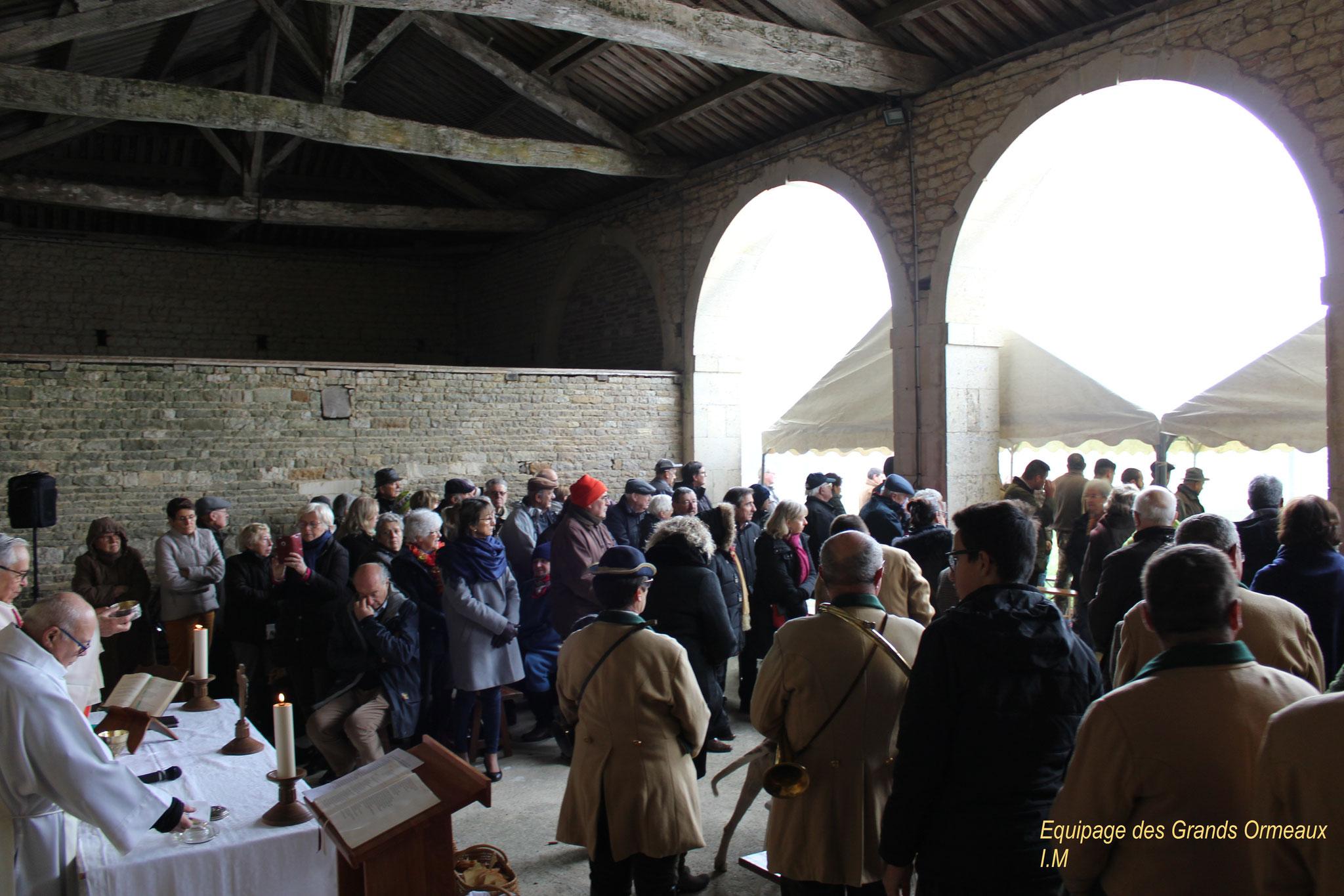 L'assistance à la messe de la St-Hubert- Château de Saveilles ©photo-Propriétaire