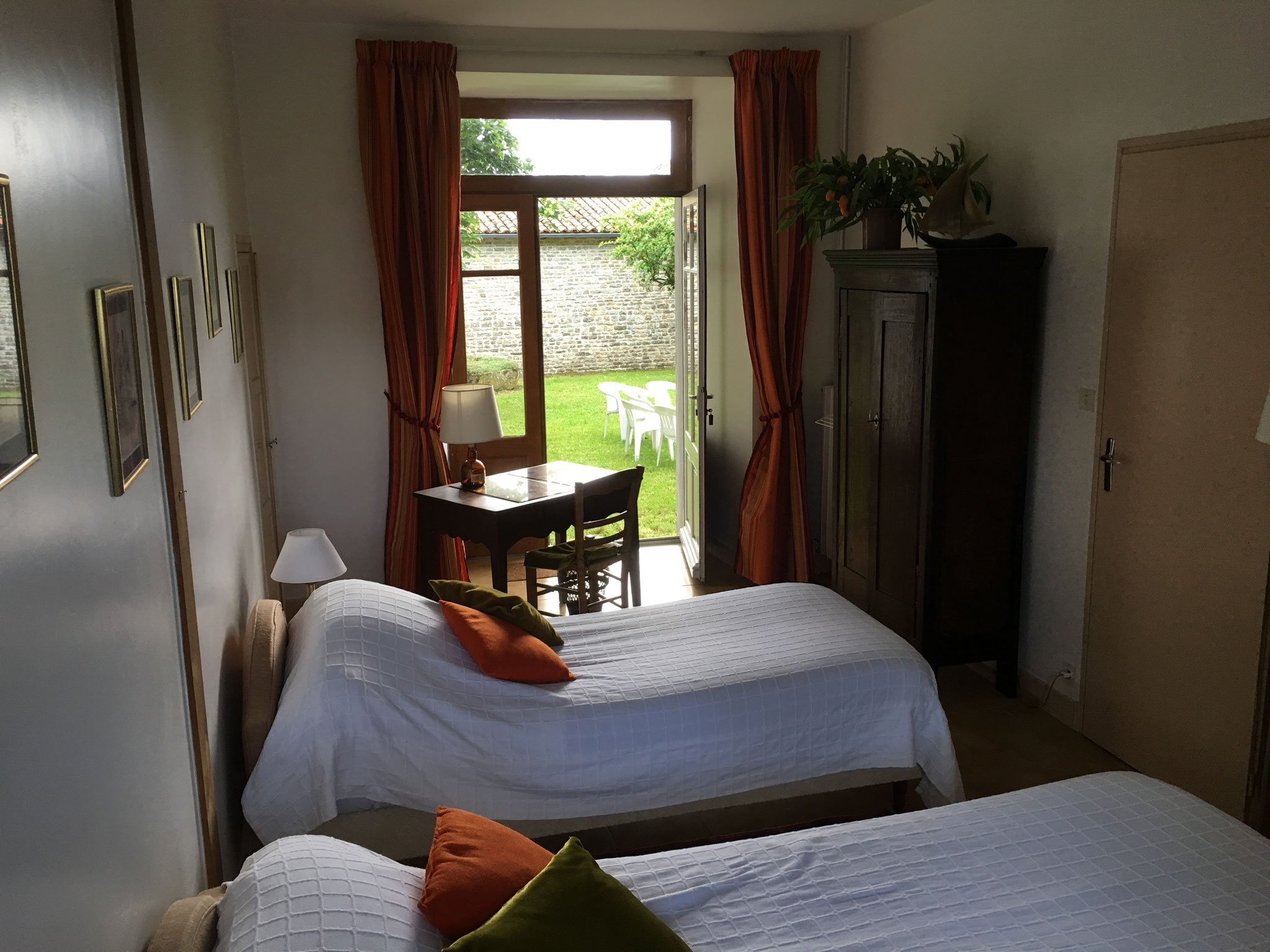 Room with 2 beds on the ground floor, towards the garden
