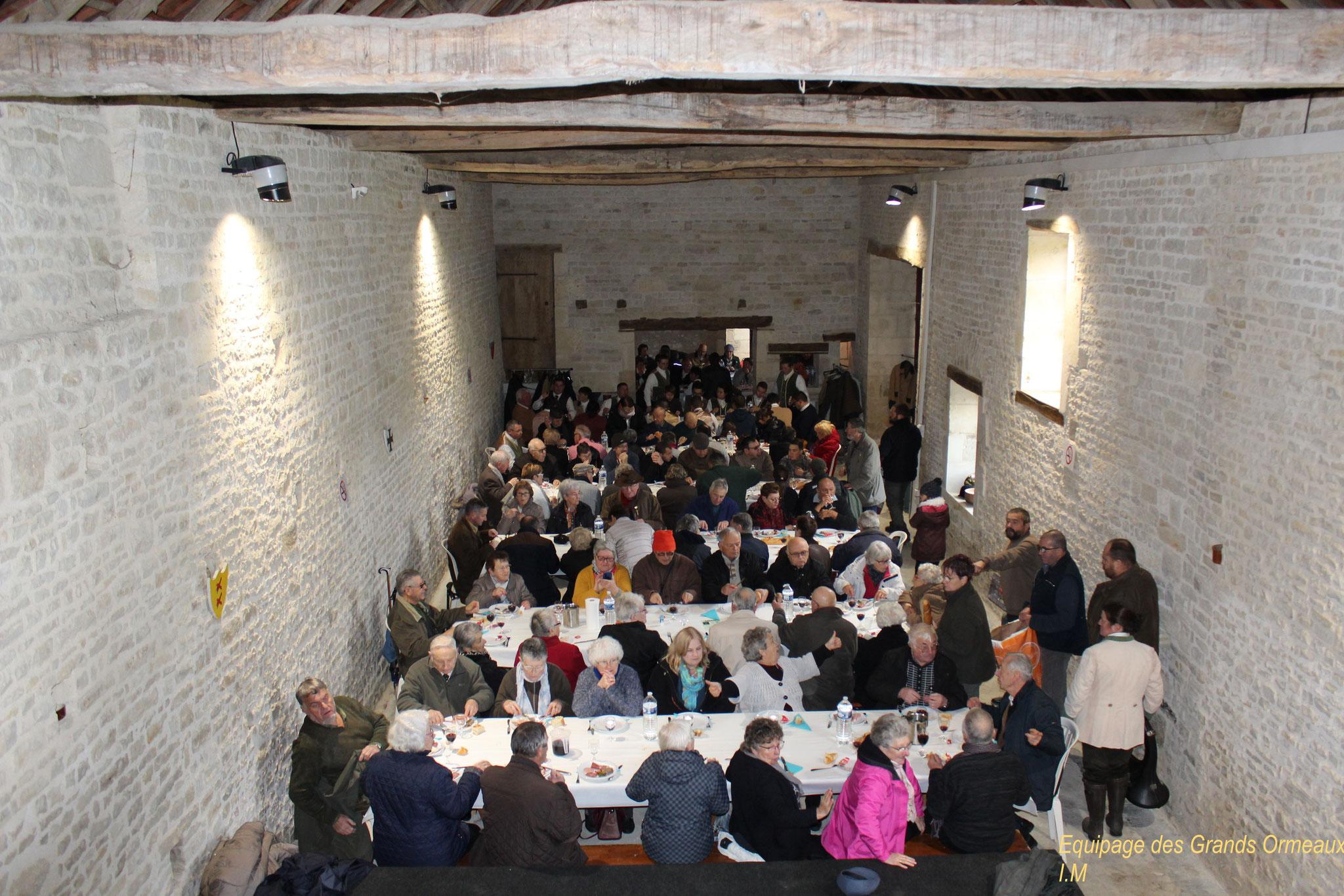 Déjeuner dans la grange du château - Château de Saveilles ©photo-Propriétaire
