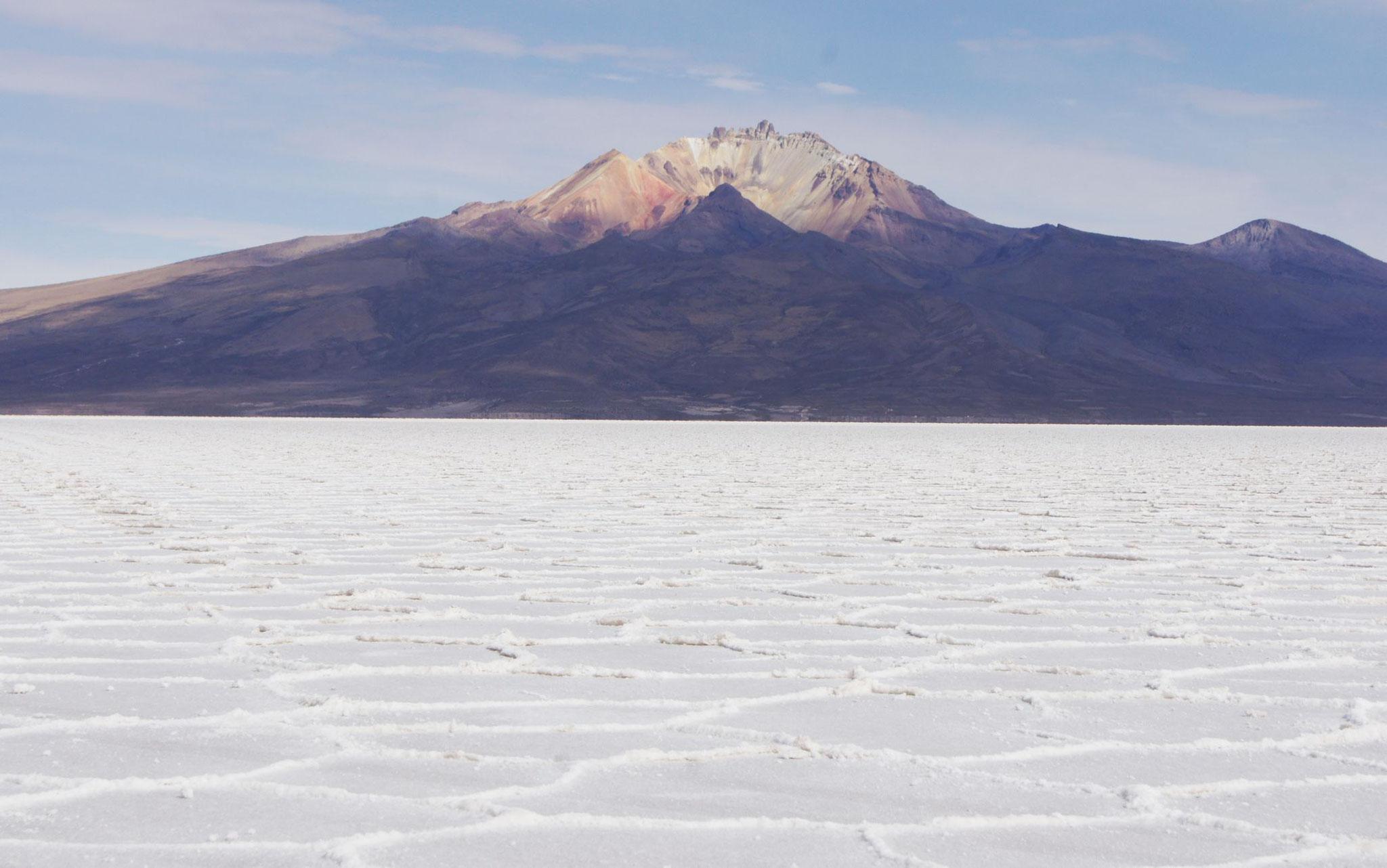 Der Salzsee von Uyuni mit Vulkan Tunupa