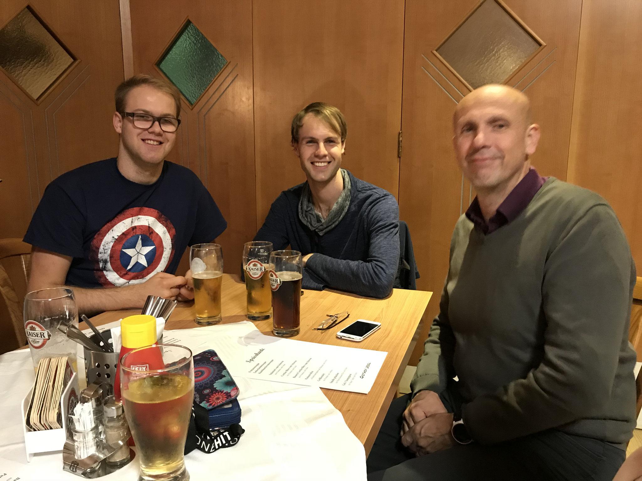 Manuel, Simeon & Wolfgang beim verdienten After-Run-Essen