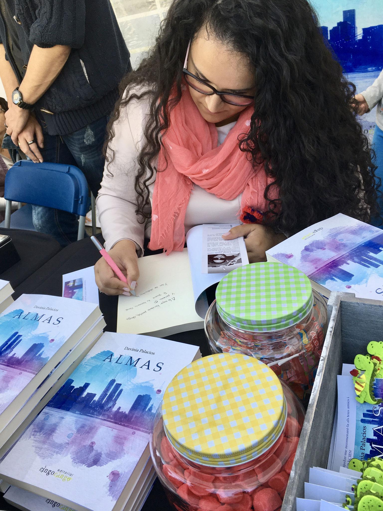 Firmando ejemplares de ALMAS