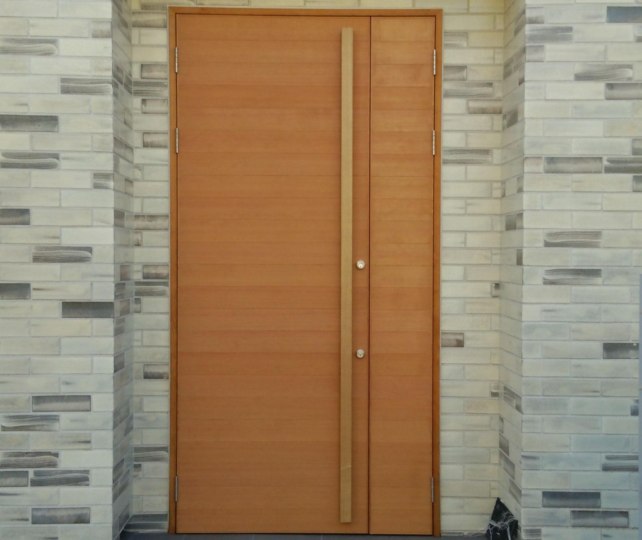 玄関横板貼り親子ドア