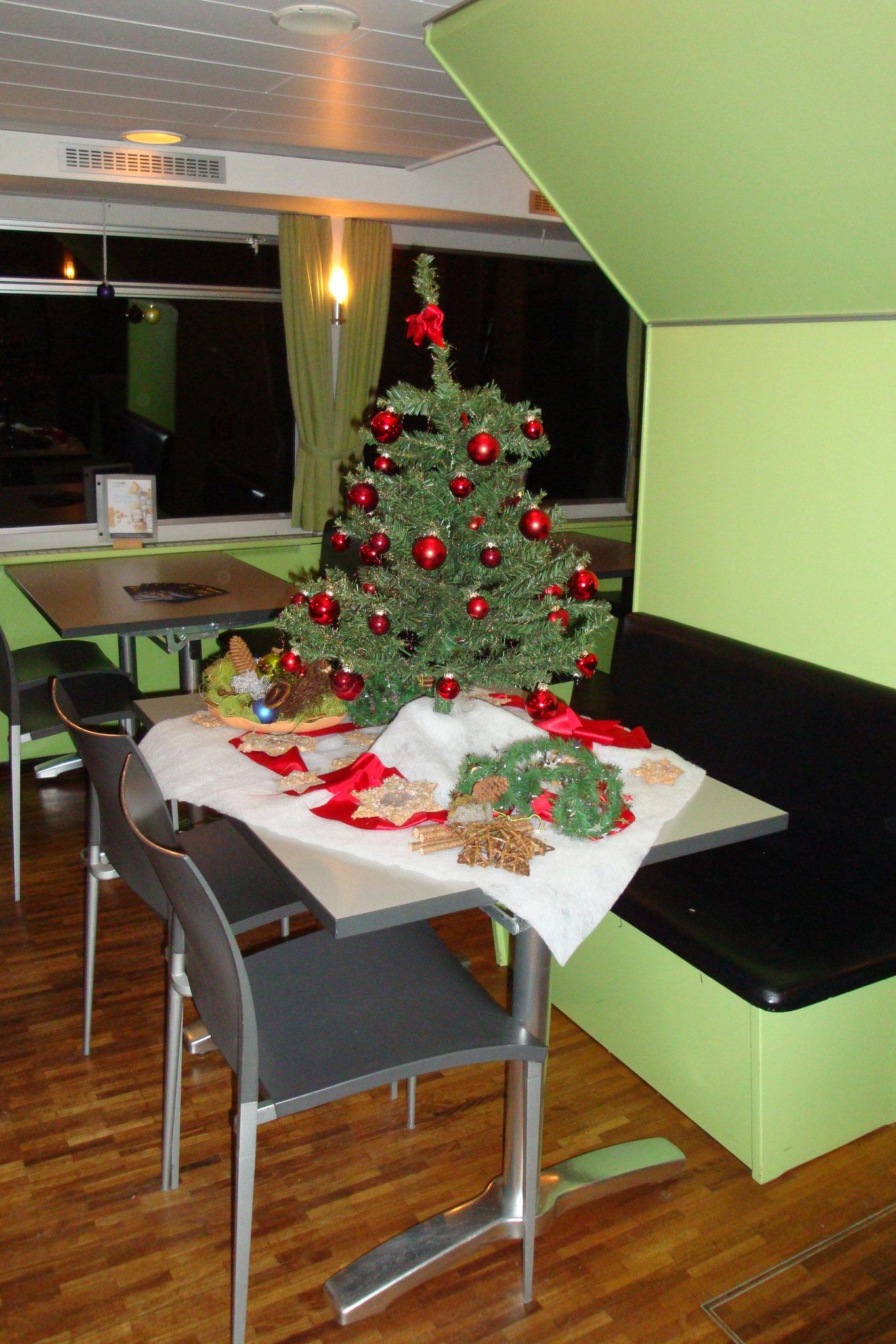 Der Weihnachtsbaum sorgt für weihnachtliche Stimmung.