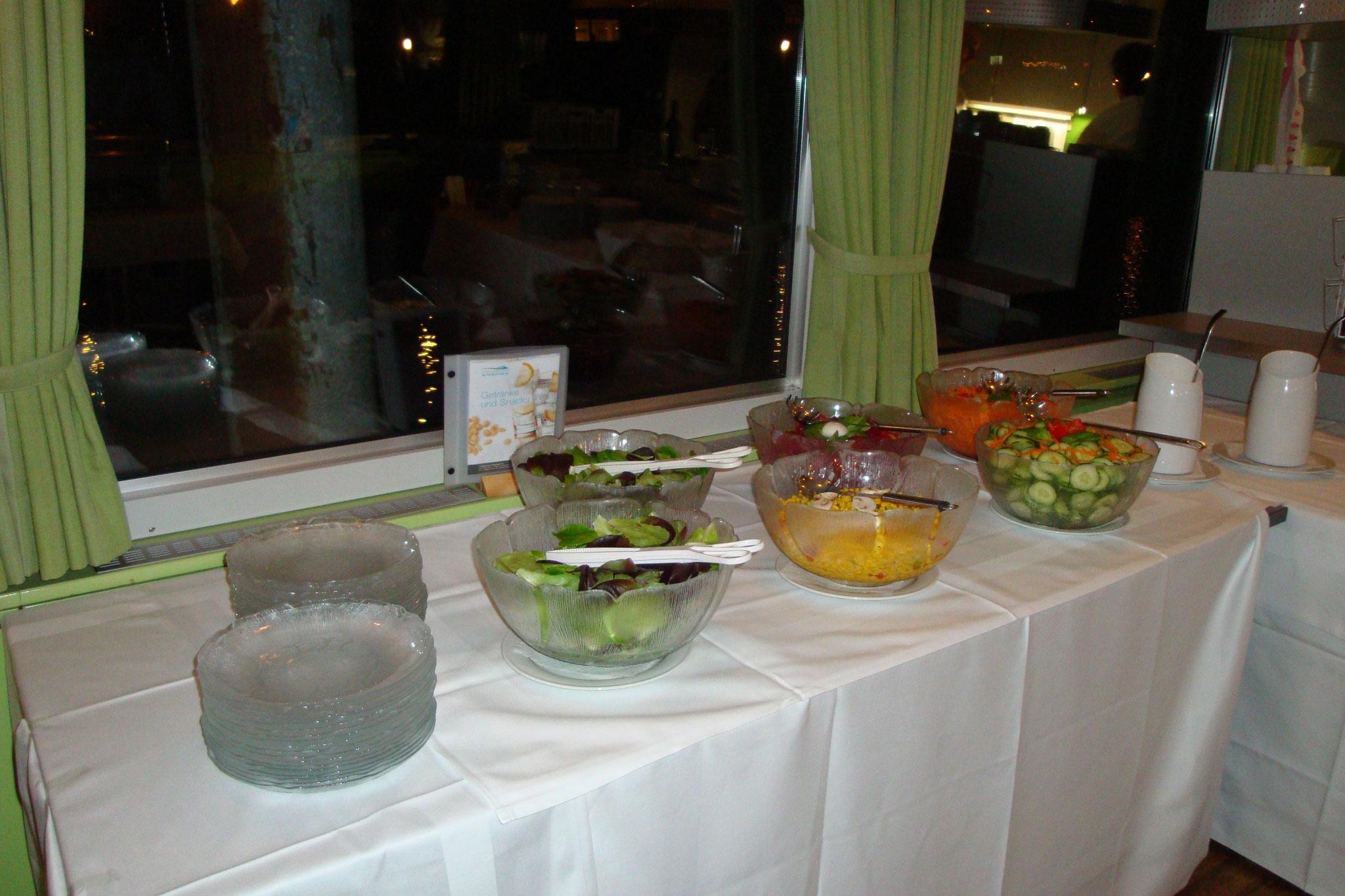 ... und das Salatbuffet ist schon angerichtet.
