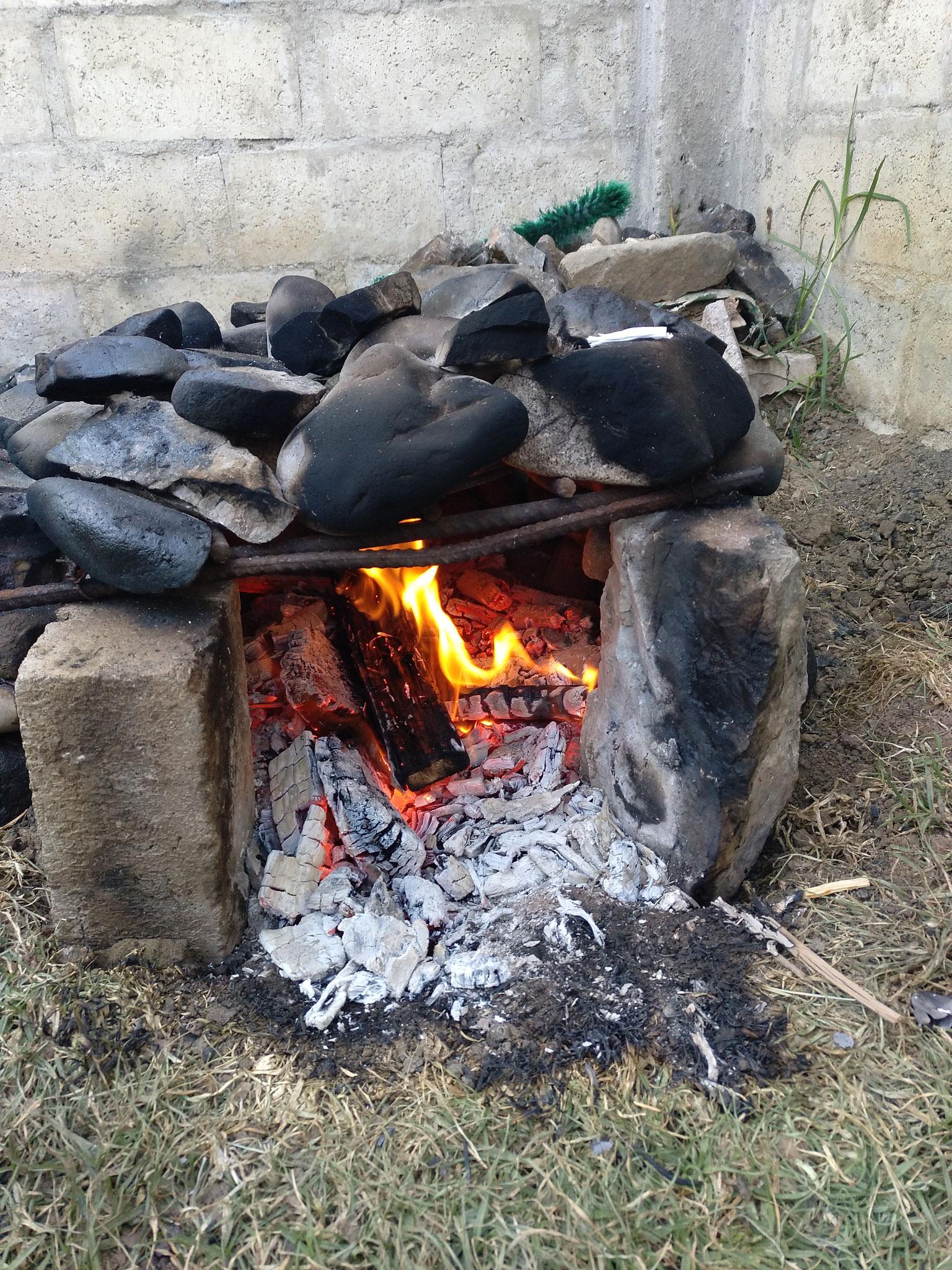 Vor dem Garen müssen die Steine richtig heiß gemacht werden.