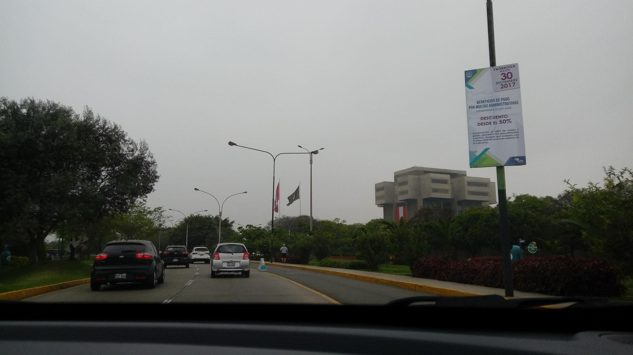 Dabei hat er uns einiges von Lima gezeigt. Hier ein imposantes Militärgebäude...