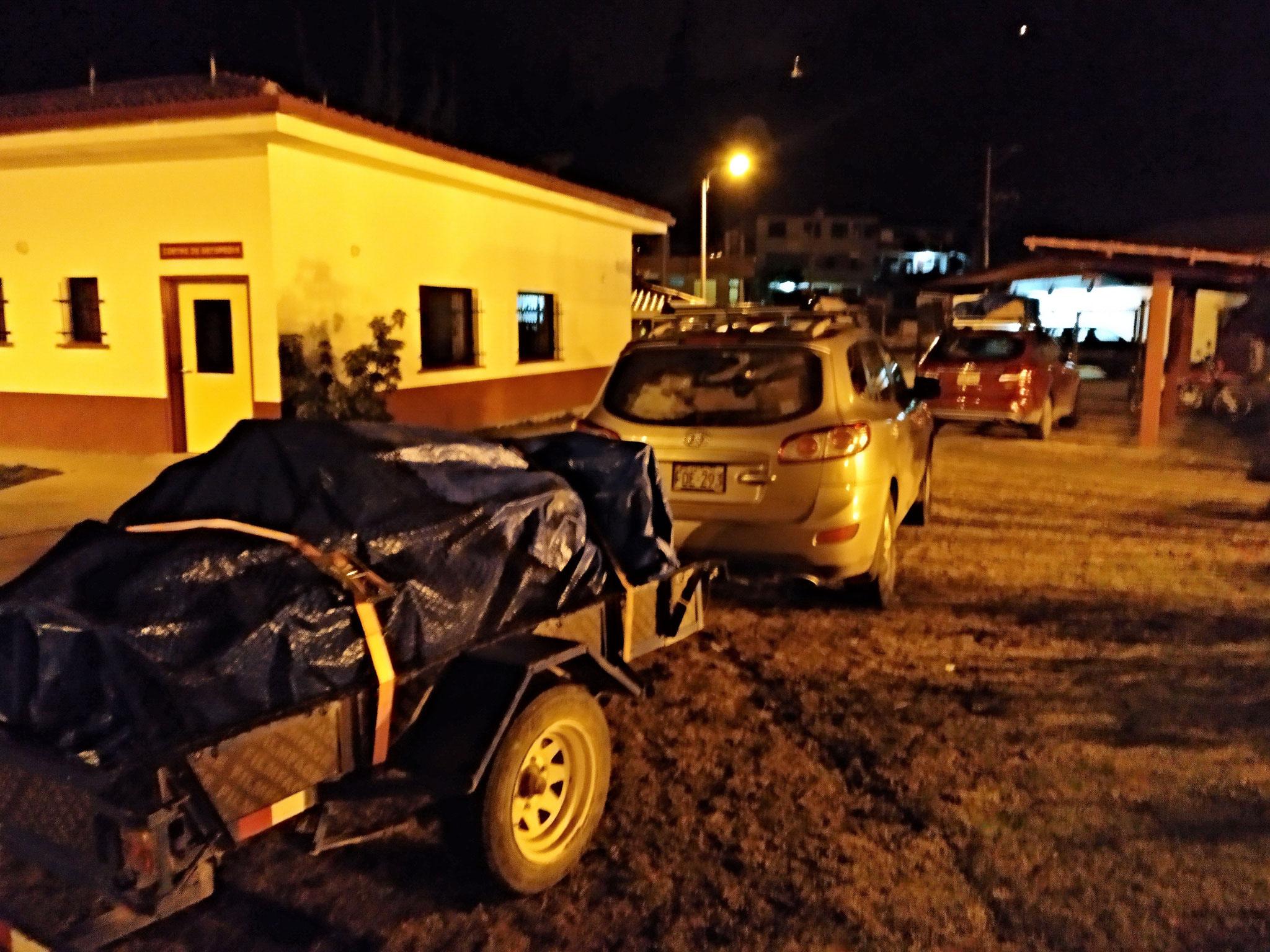 Um 04:30 haben wir uns getroffen, um die Autos zu bepacken und die Anhänger anzuschließen.