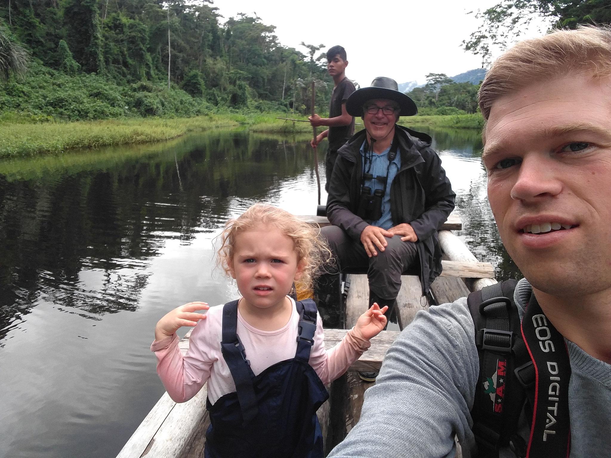 Mit dem Floß durch den Dschungel.
