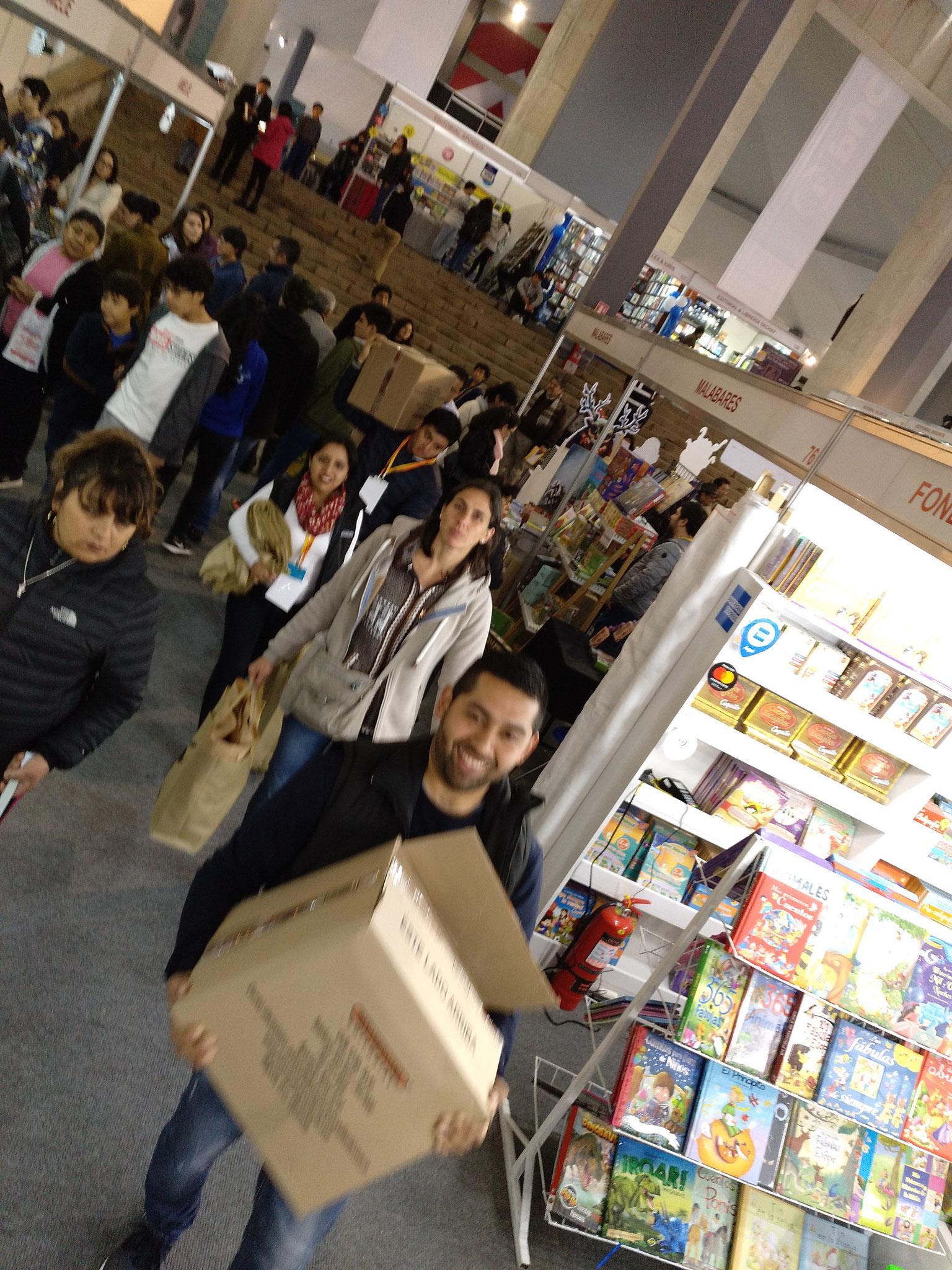 Am ersten Abend halfen vier Mitarbeiter von Ausstellern beim Raustragen unserer Einkäufe.