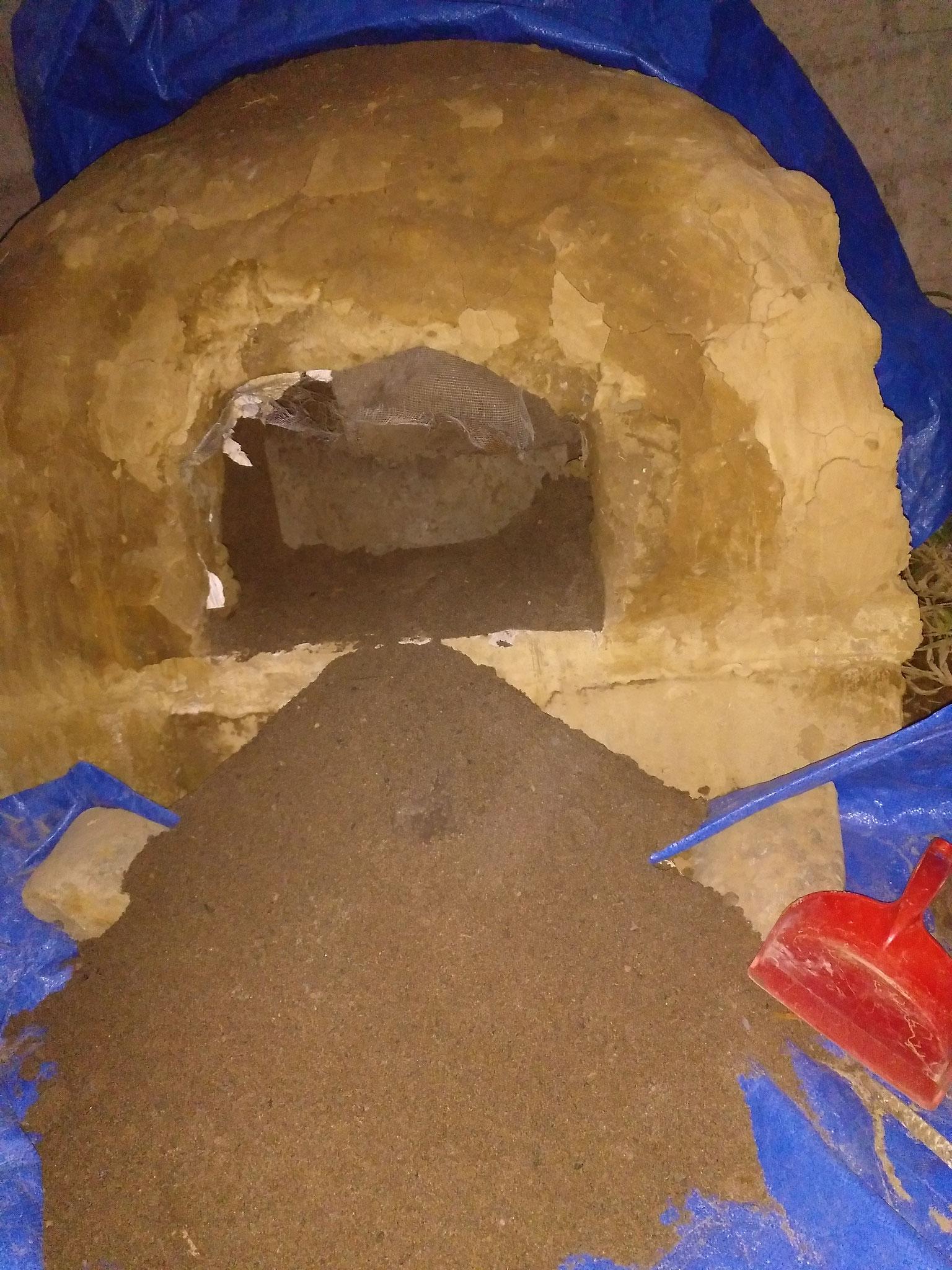 ... bis der Ofen so trocken war, dass wir den Sand rausholen konnten.