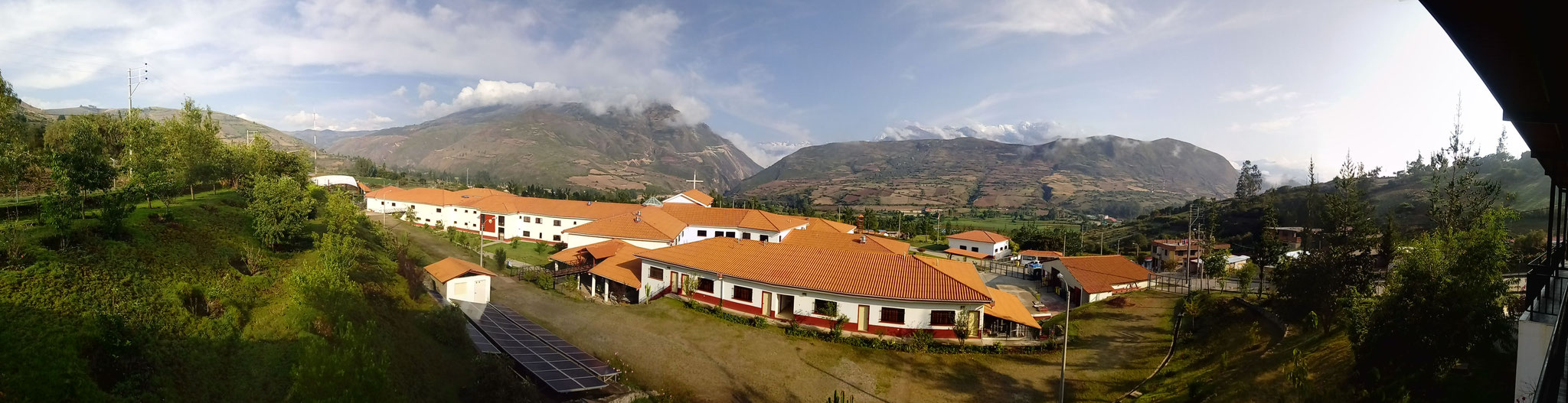 Ein Panorama der Anlage des Hospital Diospi Suyana.