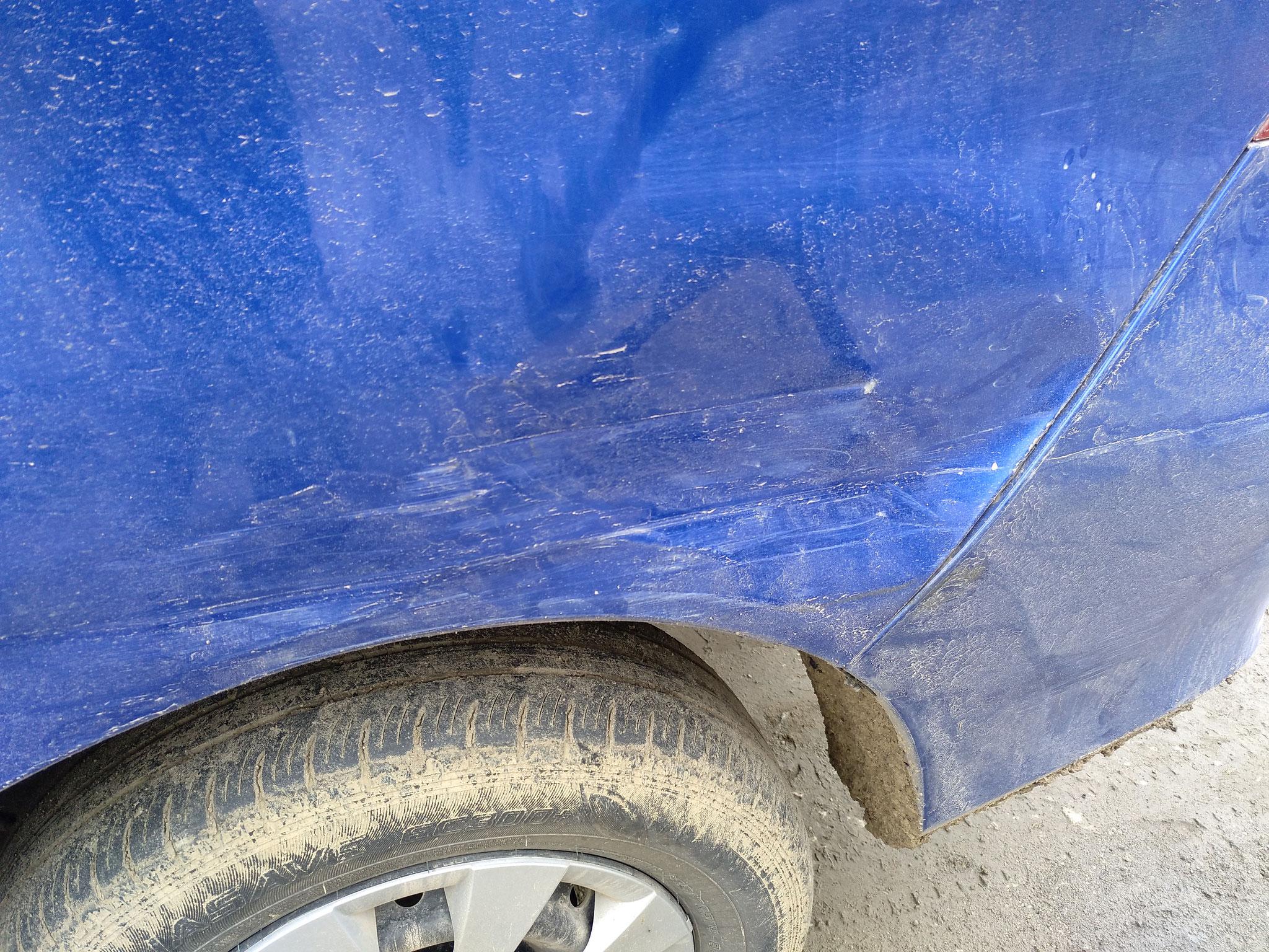Leider wurde eines unserer Autos in einen Unfall verwickelt. Ein entgegenkommendes Auto wurde von einem dritten Auto in einer uneinsichtigen Kurve überholt.