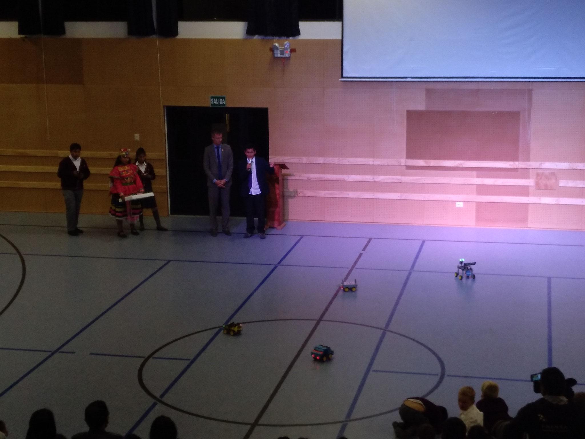 Die Robotergruppe stellt ihre Ergebnisse vor.