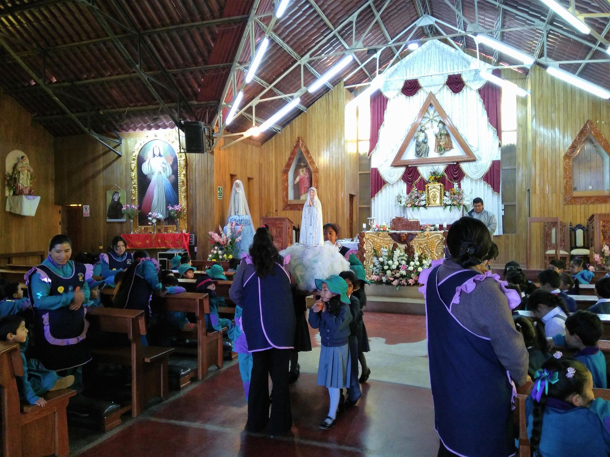 Die Virgen de Fatima wird aus der Kirche in den Kindergarten getragen.