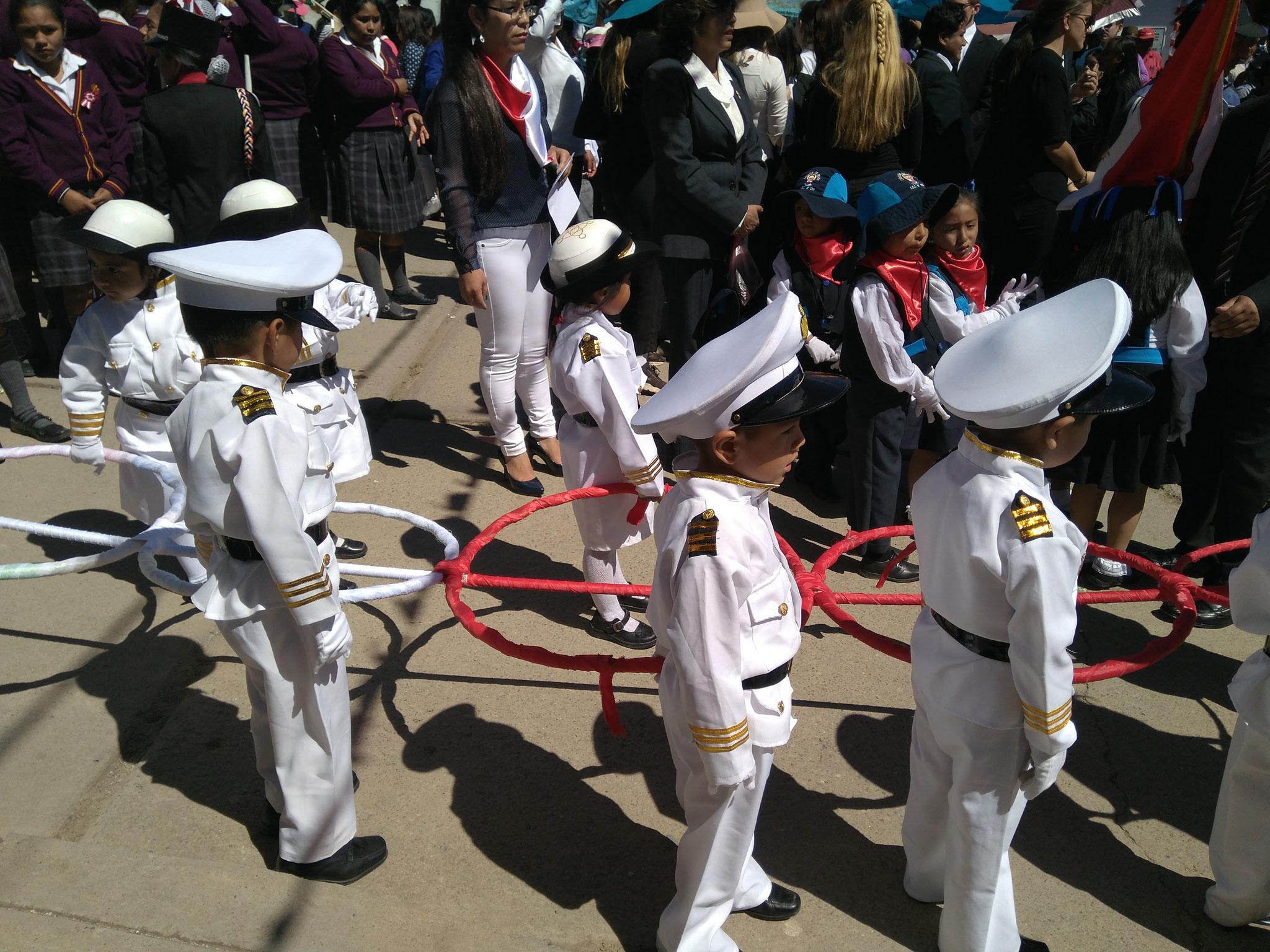 Andere Schulen warfen ihre Schüler in Militäruniformen.