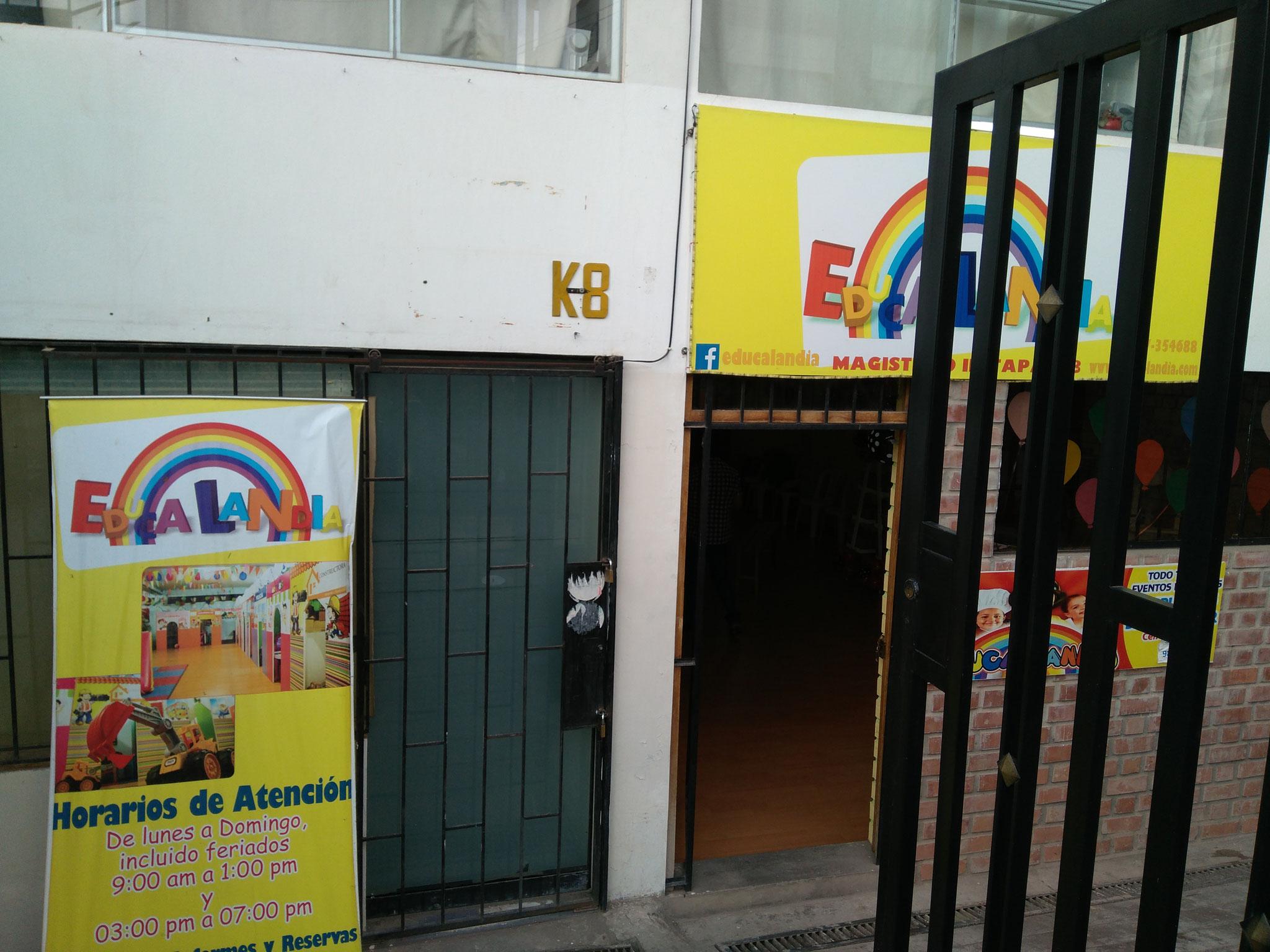 Die Gastgeberin hat extra ein Spieleparadies für Kinder angemietet.