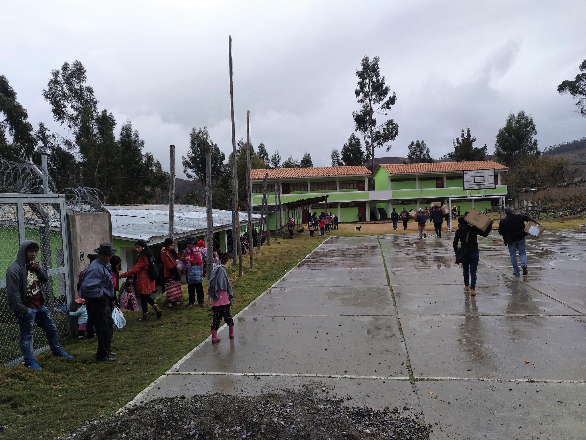 …und in die (frisch gestrichene) Dorfschule gebracht. In den Klassenräumen roch es sogar noch nach Lack und die Tische klebten leicht.