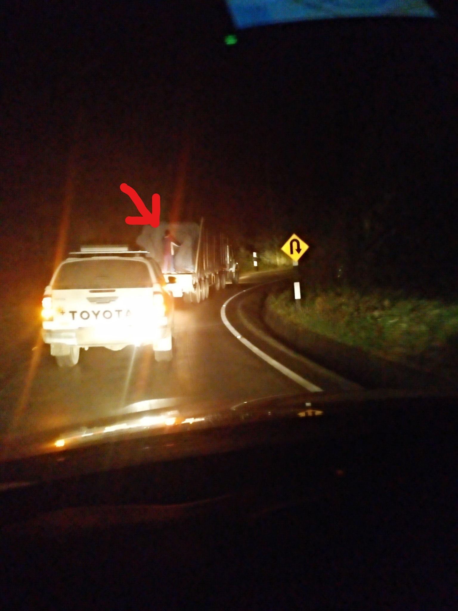 Auf der Rückfahrt wurden wir nicht nur mehrfach von der Polizei kontrolliert, sondern wiesen auch einen LKW-Fahrer darauf hin, dass er einen Dieb/blinden Passagier geladen hatte (Außentemperatur 3-8°C).